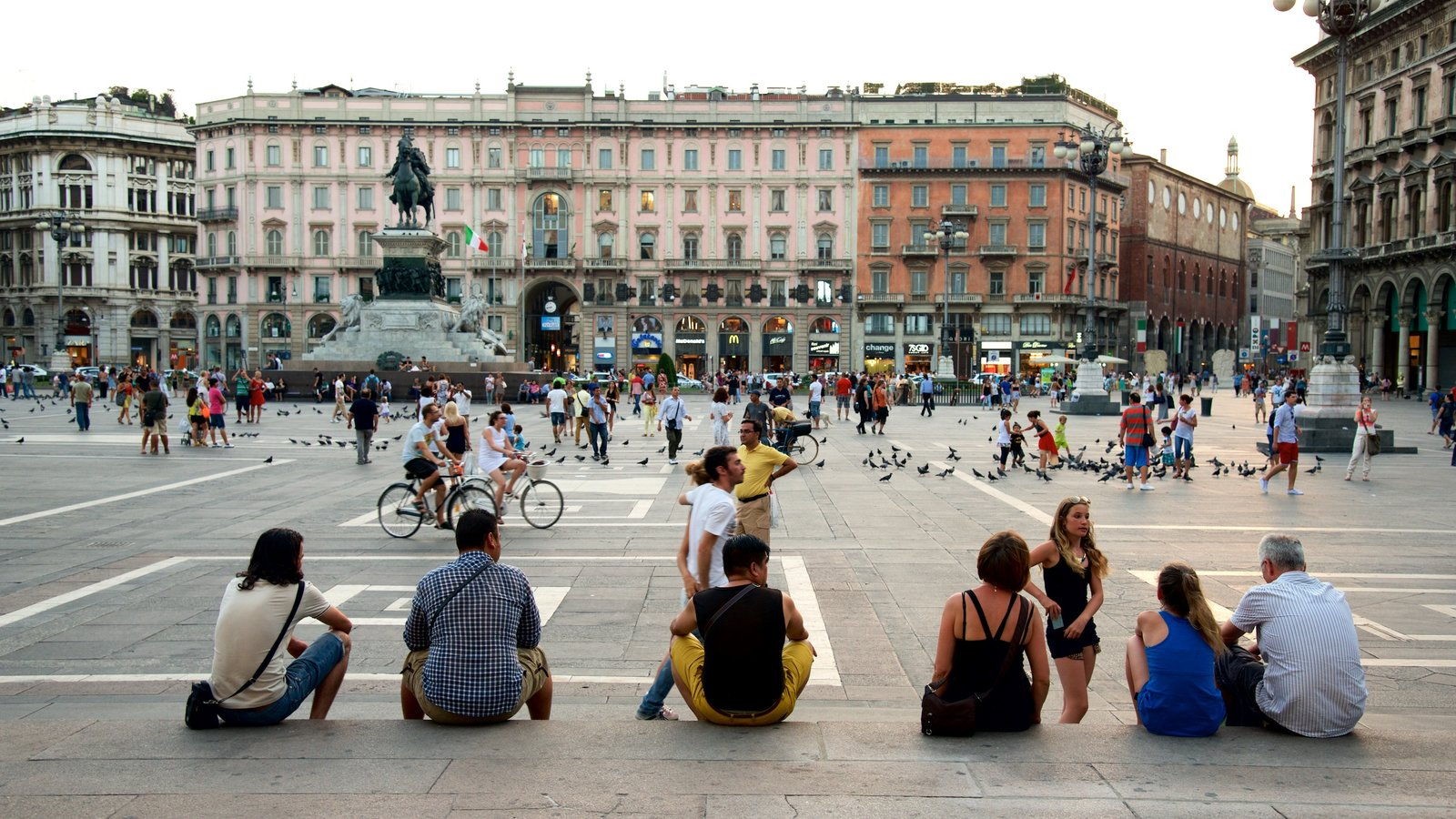 Milan showing street scenes, a city and a square or plaza