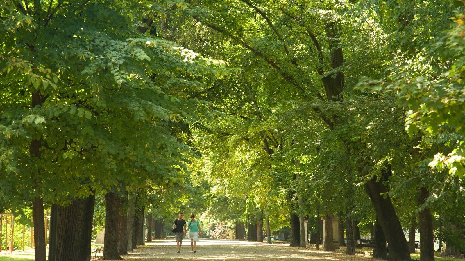 Giardini Pubblici Indro Montanelli ofreciendo un parque y también una pareja