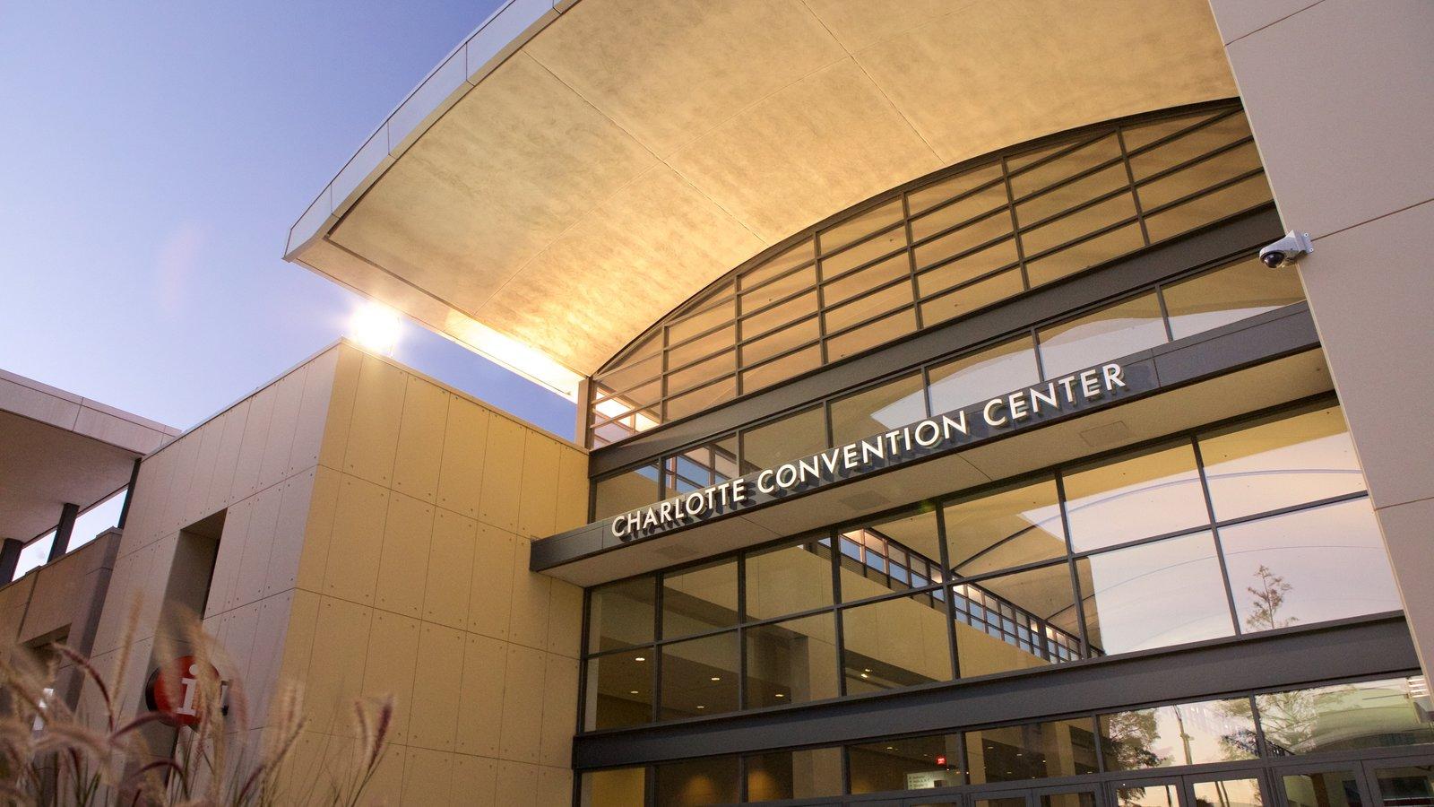 Charlotte Convention Center que inclui sinalização e arquitetura moderna