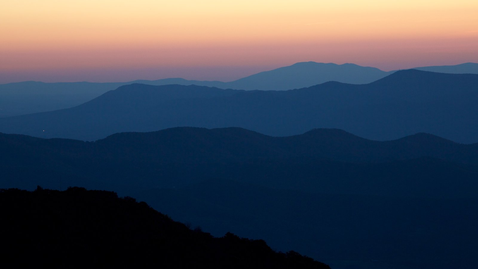 Parque Nacional Shenandoah ofreciendo escenas tranquilas y una puesta de sol