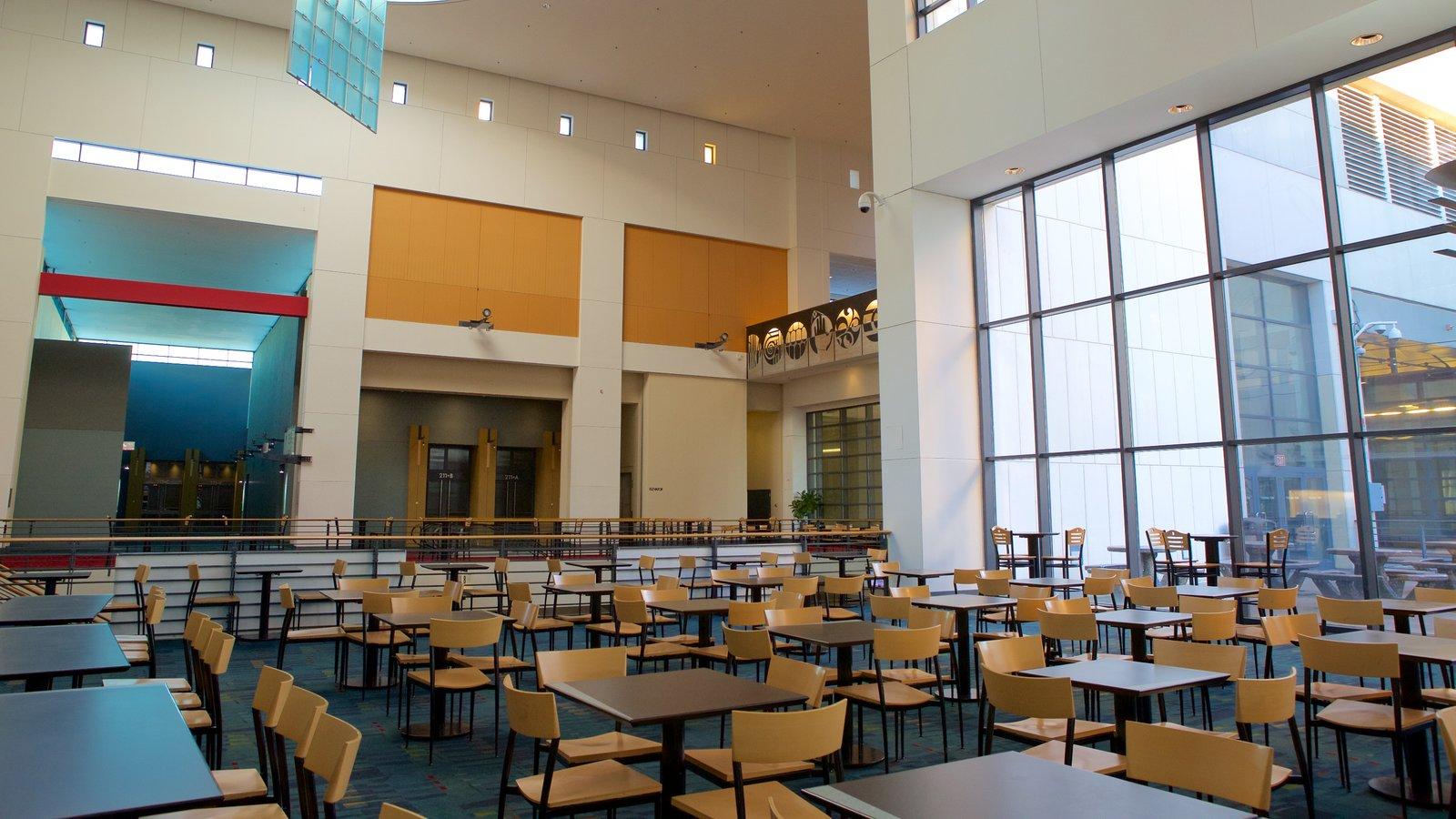 Charlotte Convention Center que inclui vistas internas e arquitetura moderna