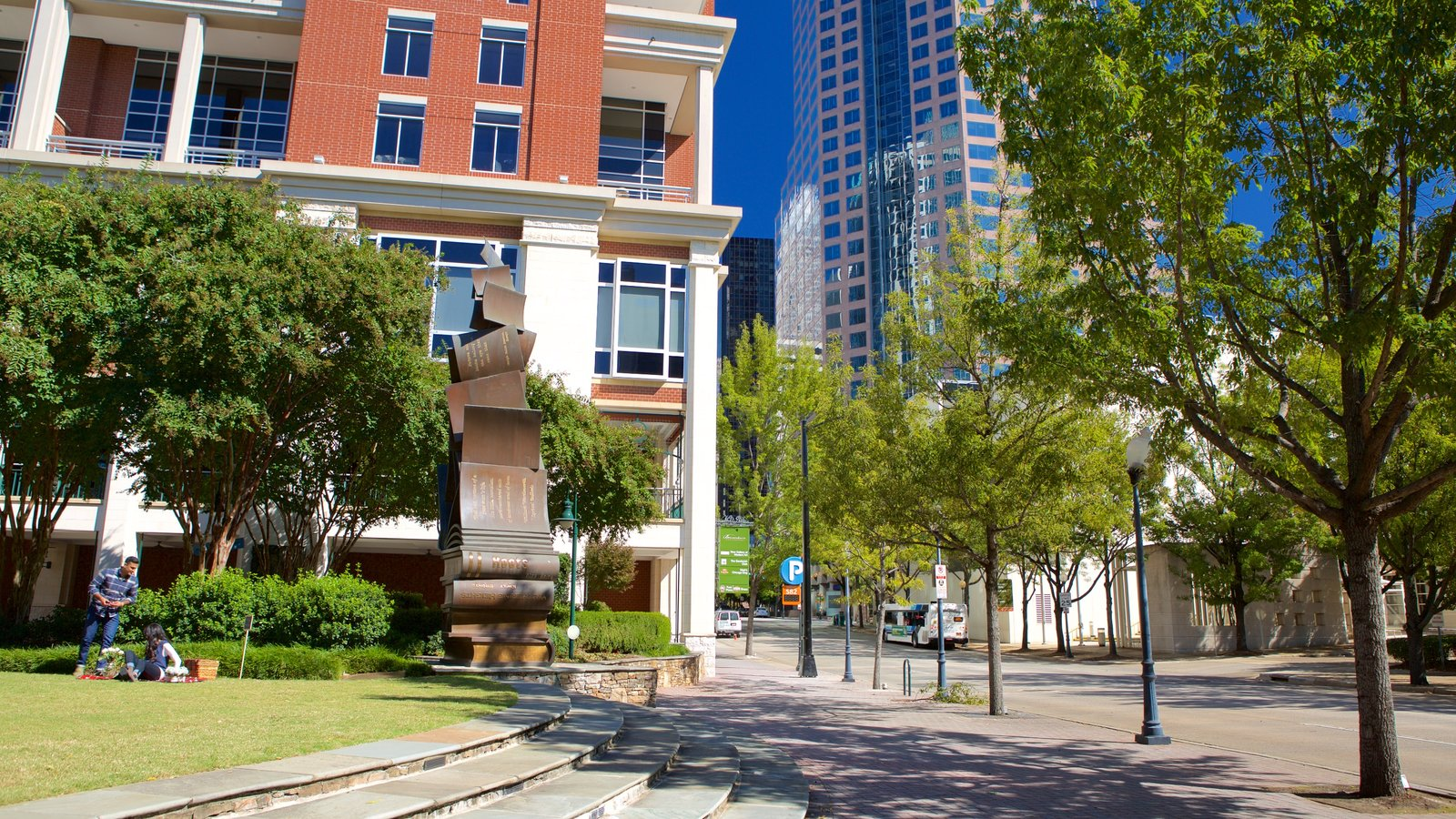 Charlotte showing outdoor art and heritage architecture