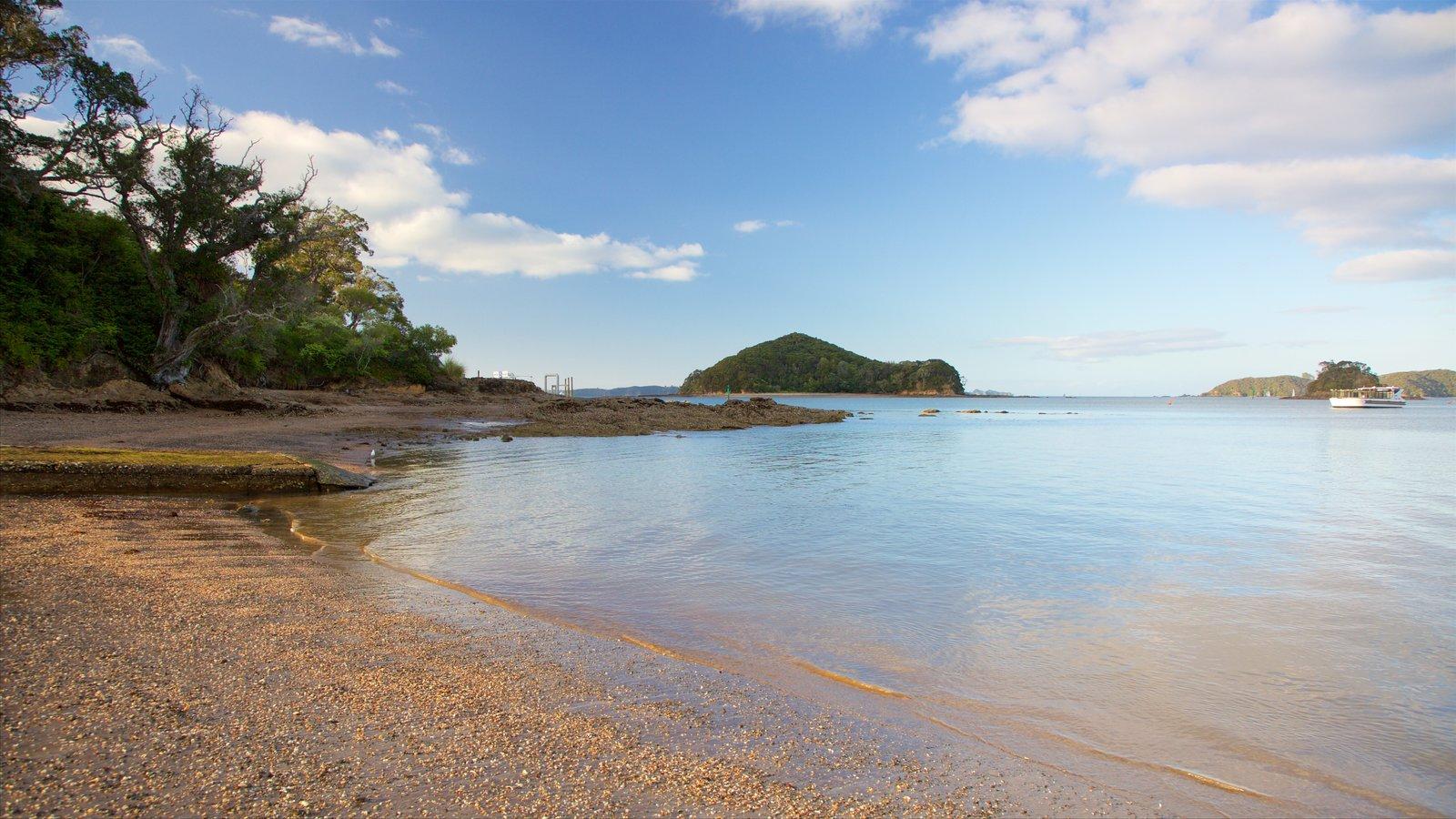 Paihia Beach que incluye una playa de guijarros y una bahía o puerto