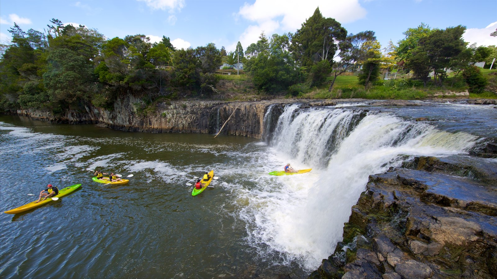 Paihia mostrando kayak o canoa, un río o arroyo y una catarata