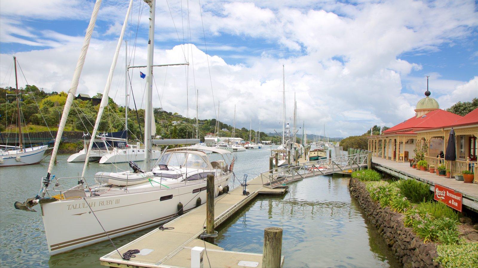 Whangarei ofreciendo navegación, una bahía o puerto y una marina