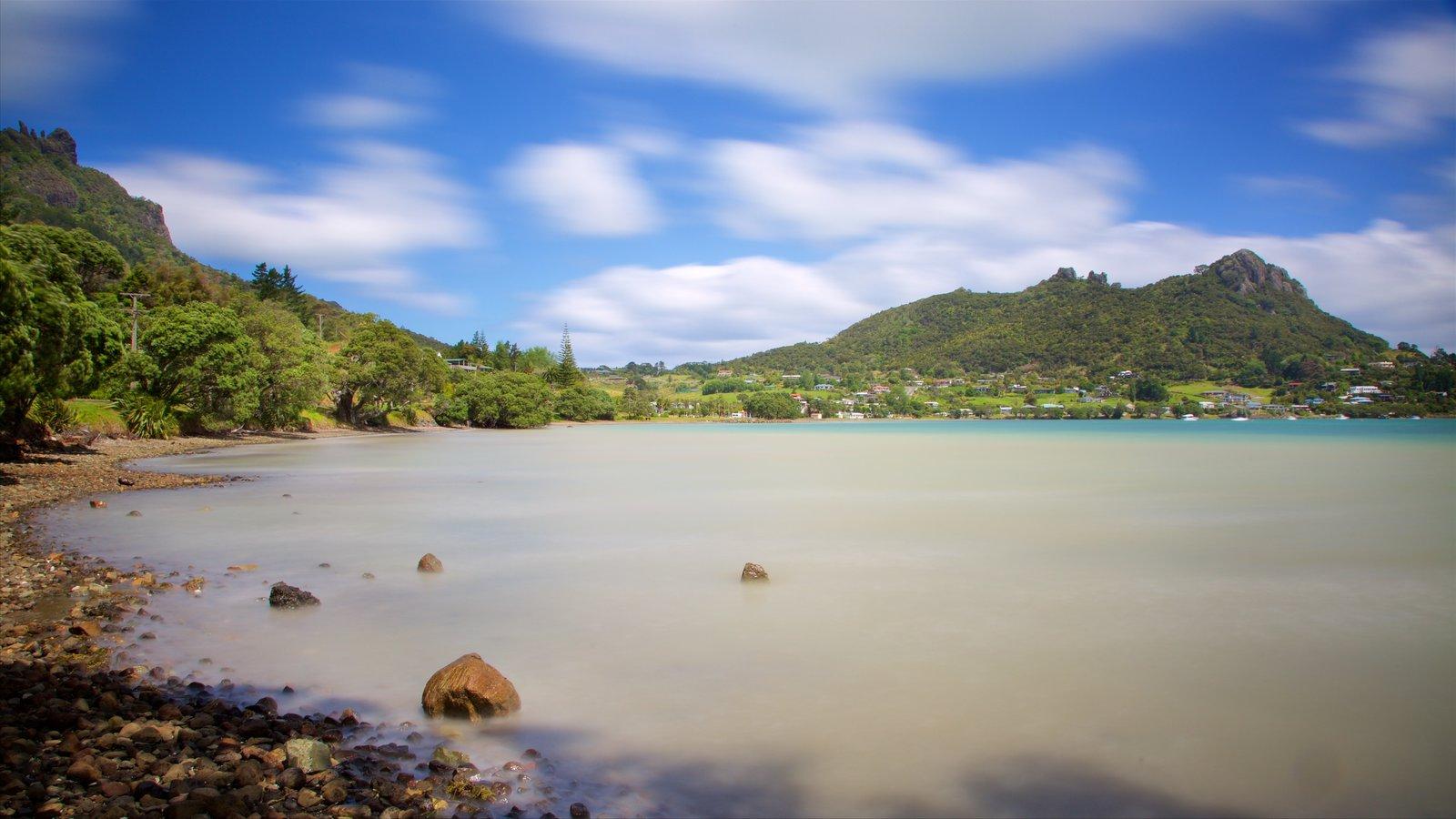 Whangarei ofreciendo una playa de guijarros y una bahía o puerto