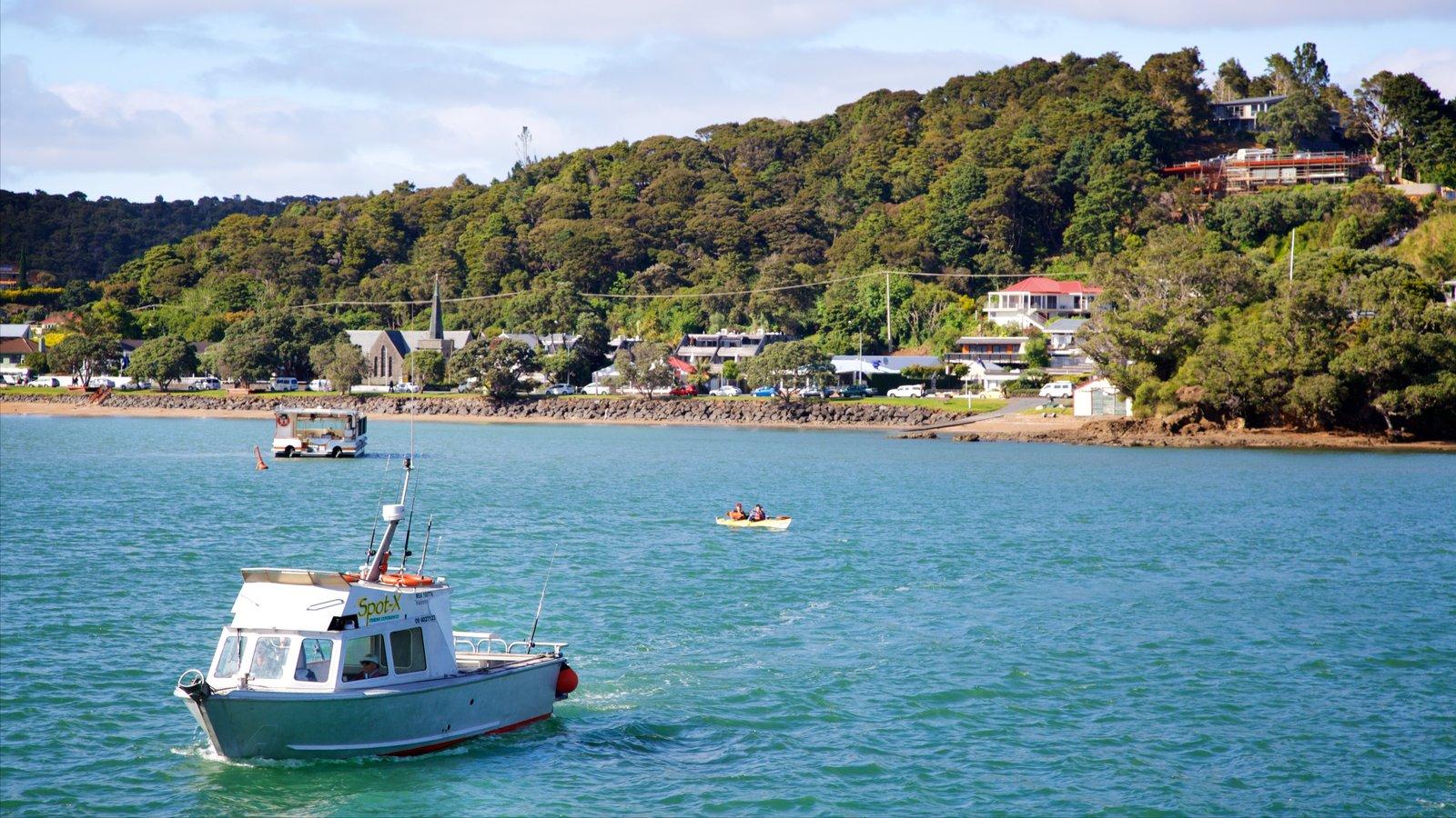 Paihia mostrando una bahía o puerto, paseos en lancha y una ciudad costera