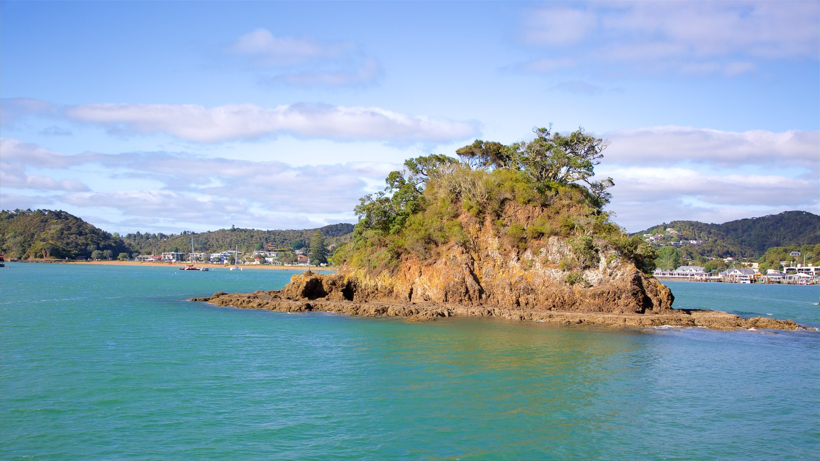 Paihia que incluye costa escarpada y una bahía o puerto