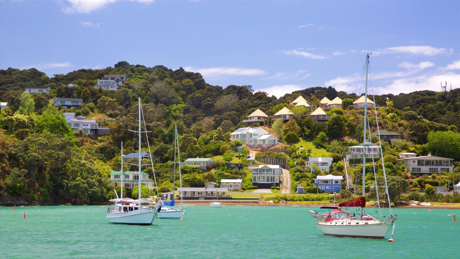 Russell mostrando una bahía o puerto, una ciudad costera y navegación