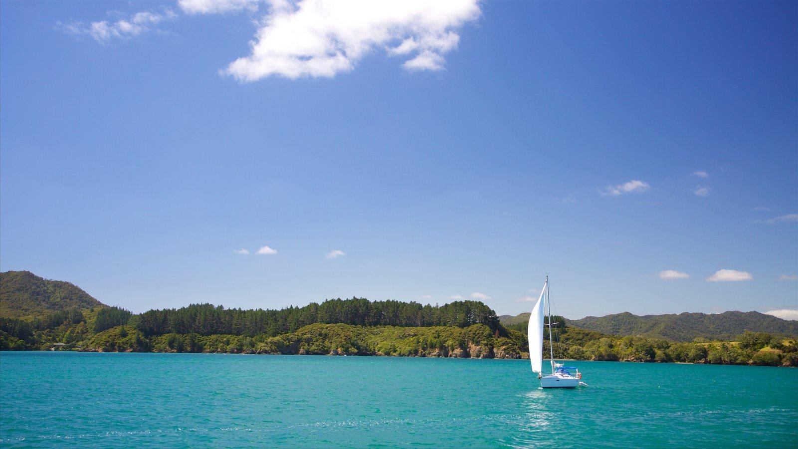 Russell ofreciendo una bahía o puerto y navegación