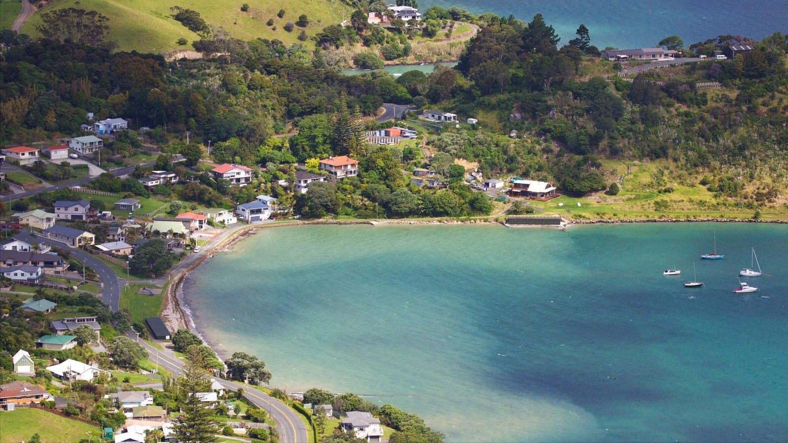 Mount Manaia mostrando una bahía o puerto y una ciudad costera