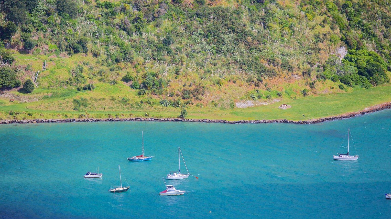 Mount Manaia mostrando navegación y una bahía o puerto