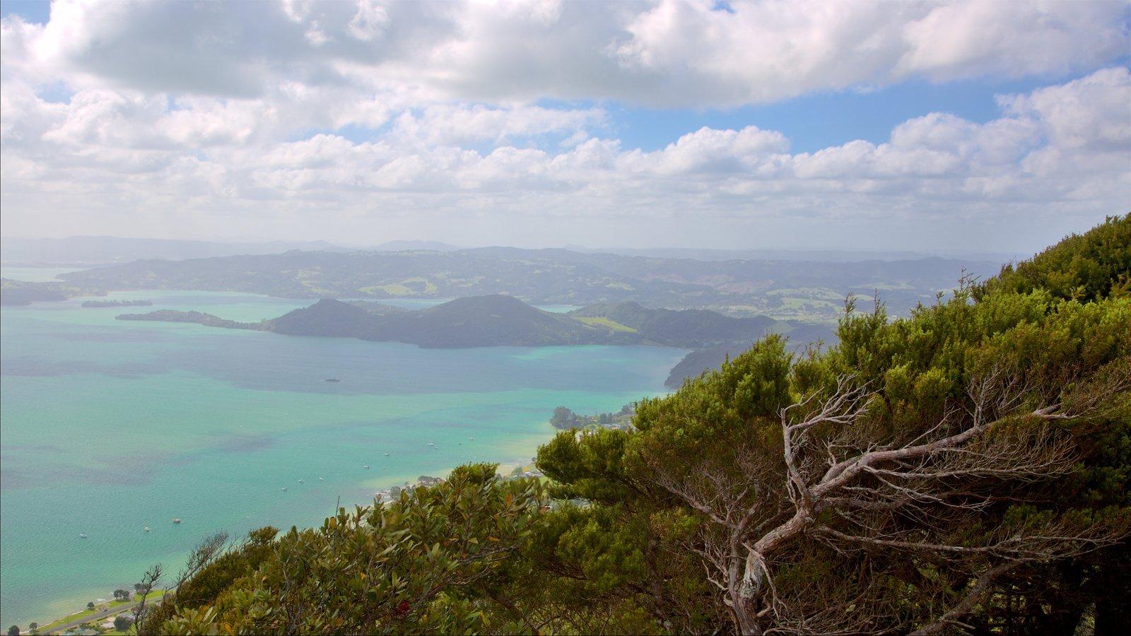 Mount Manaia mostrando una bahía o puerto y vistas de una isla