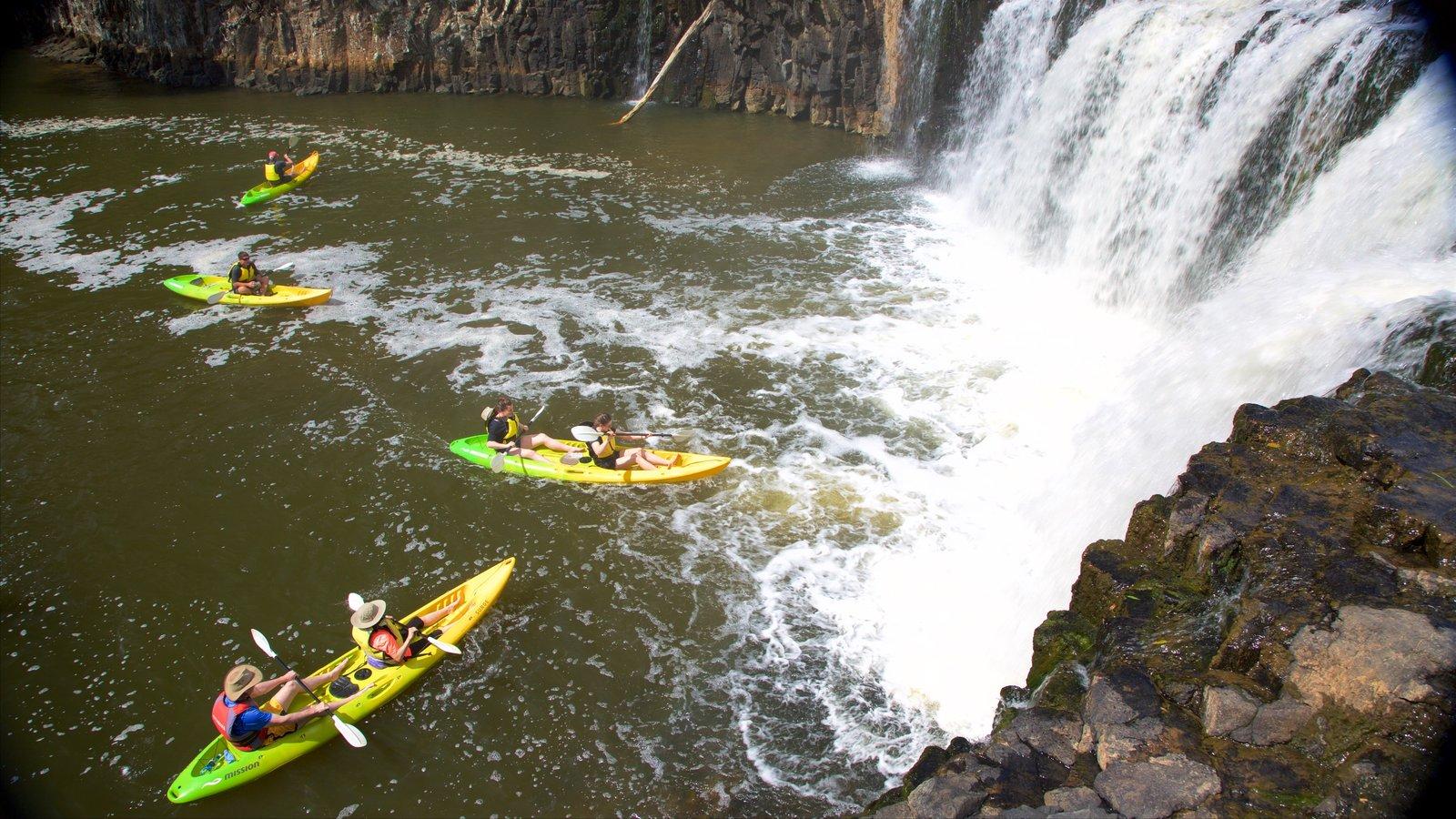 Cascadas de Hururu ofreciendo una catarata, kayak o canoa y un río o arroyo
