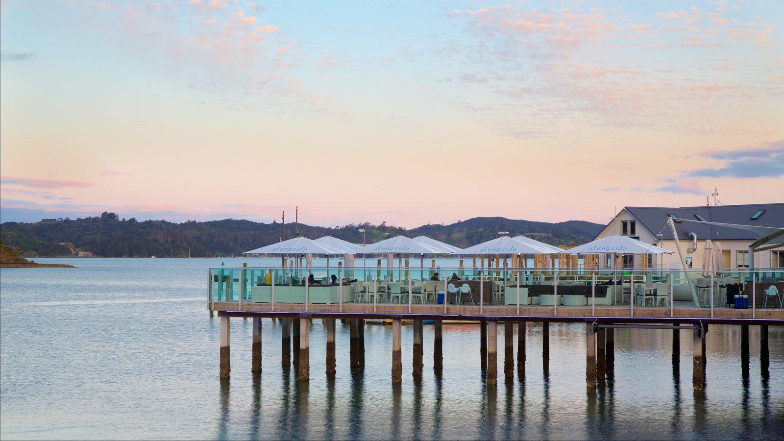 Muelle Paihia mostrando escenas de café, una bahía o puerto y una puesta de sol