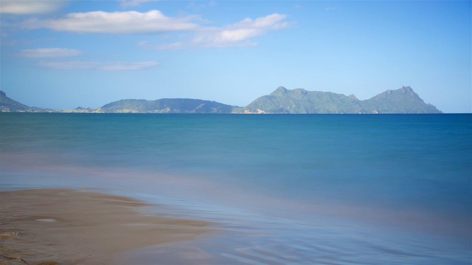 Whangarei ofreciendo una bahía o puerto, una playa de arena y montañas