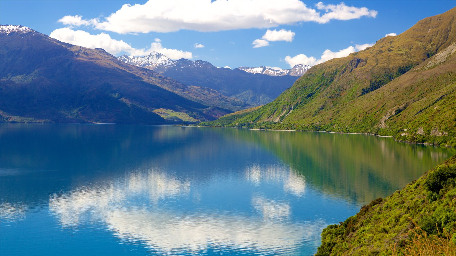 Otago which includes mountains, landscape views and a lake or waterhole