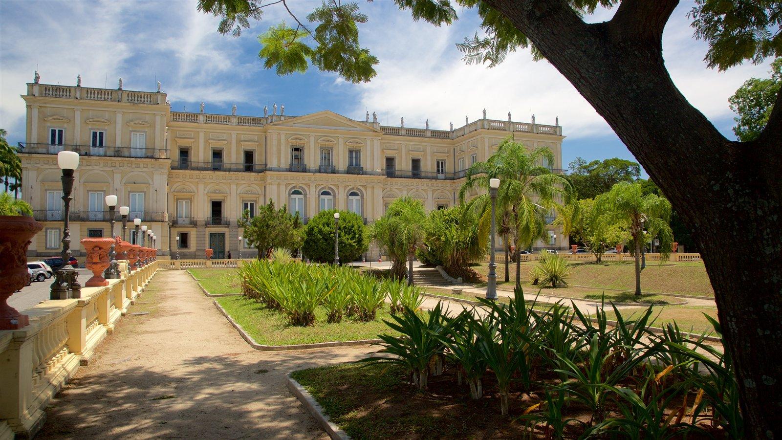 Quinta da Boa Vista mostrando um jardim e arquitetura de patrimônio