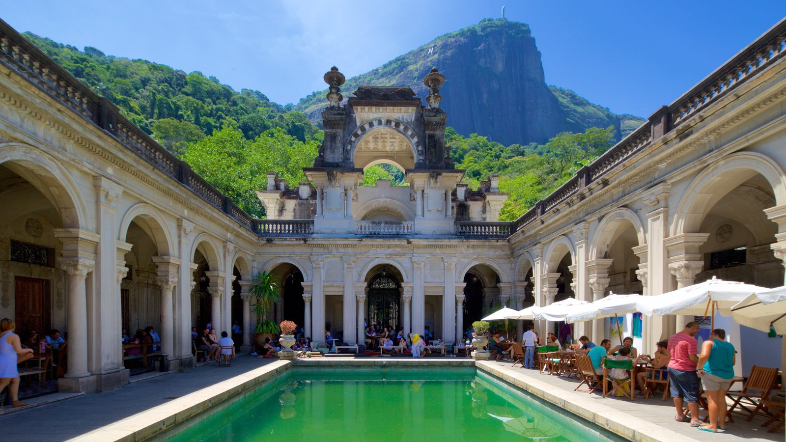 Parque Henrique Lage mostrando elementos de patrimônio e uma piscina