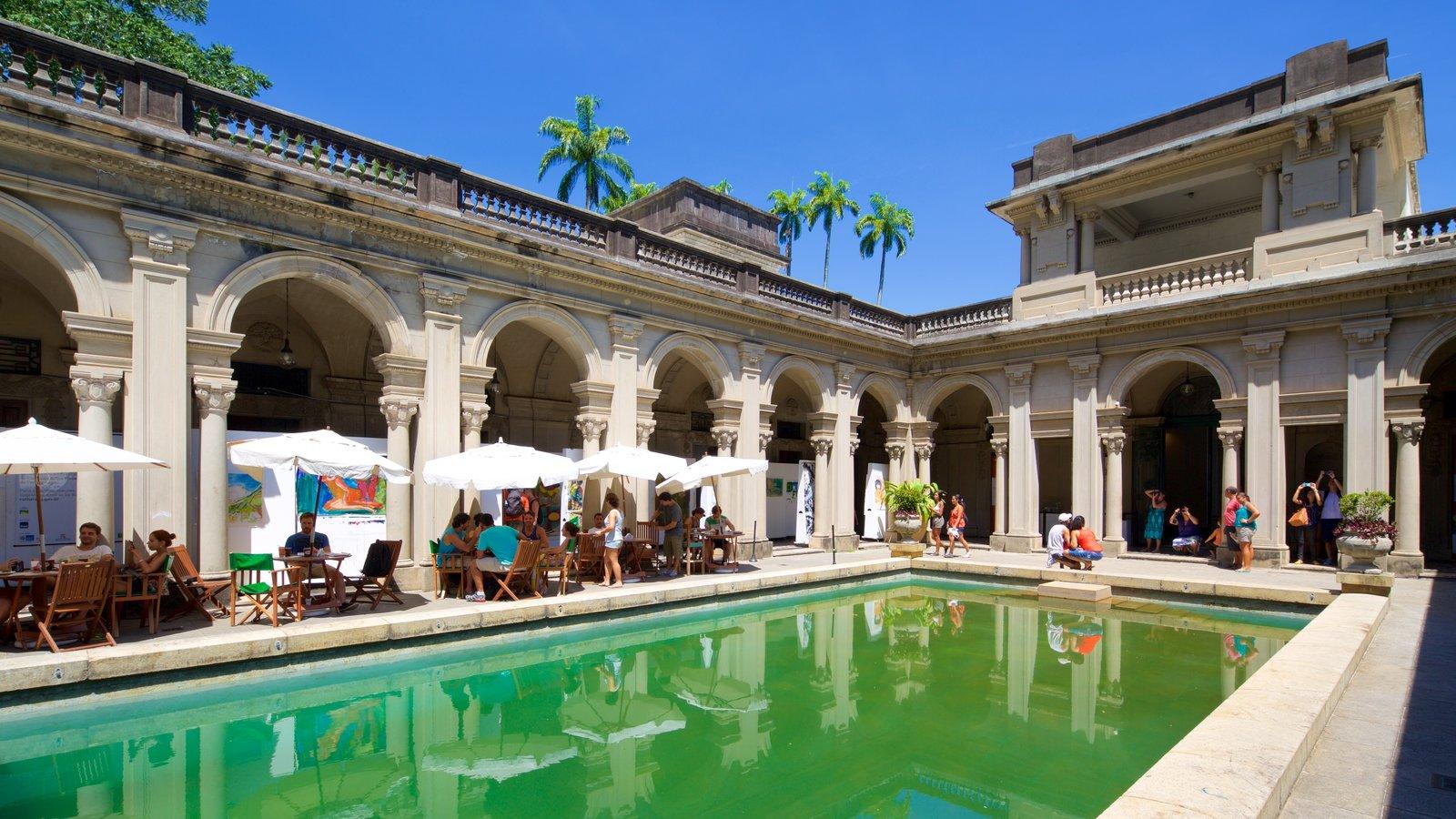 Parque Henrique Lage mostrando uma piscina e elementos de patrimônio assim como um pequeno grupo de pessoas