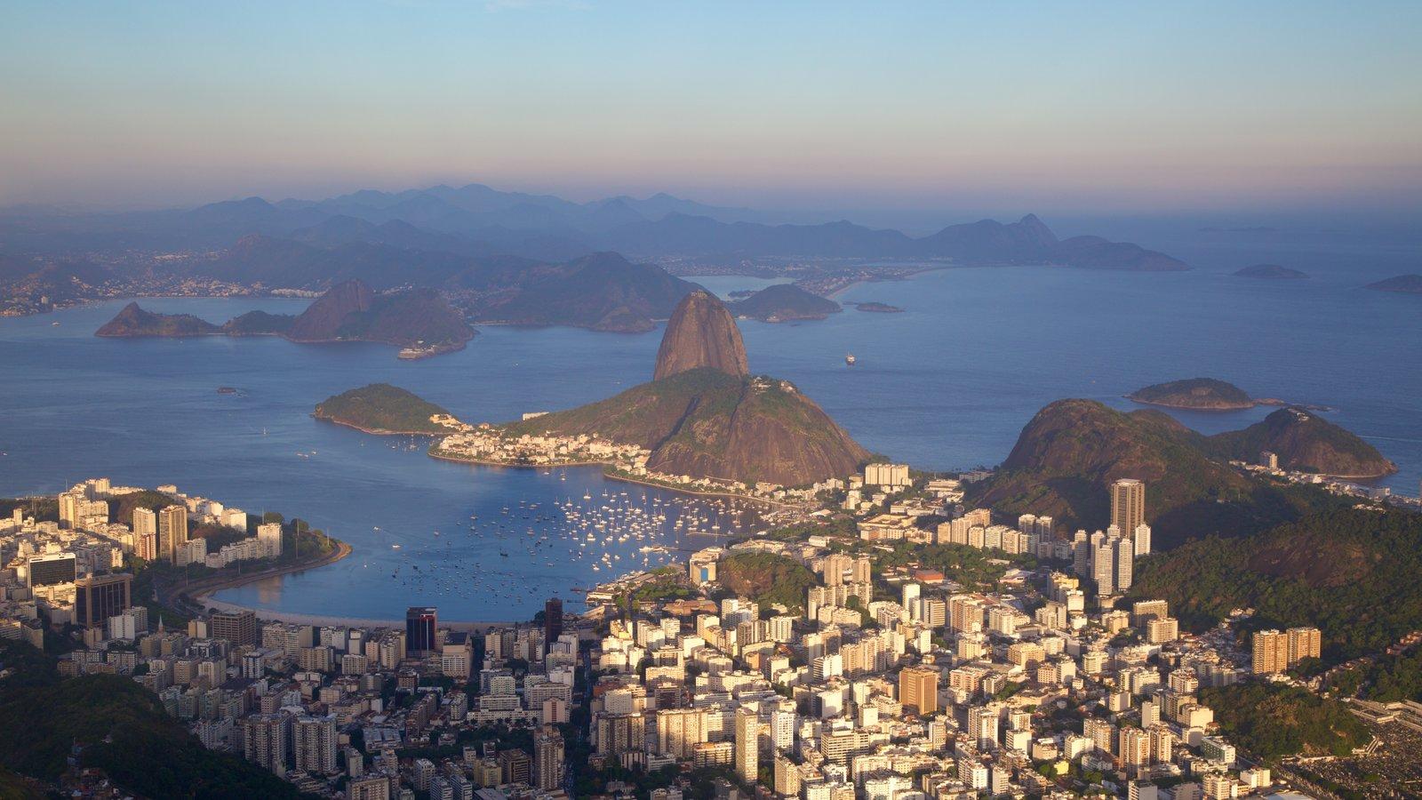 Baía de Guanabara que inclui cenas tranquilas, um pôr do sol e uma cidade