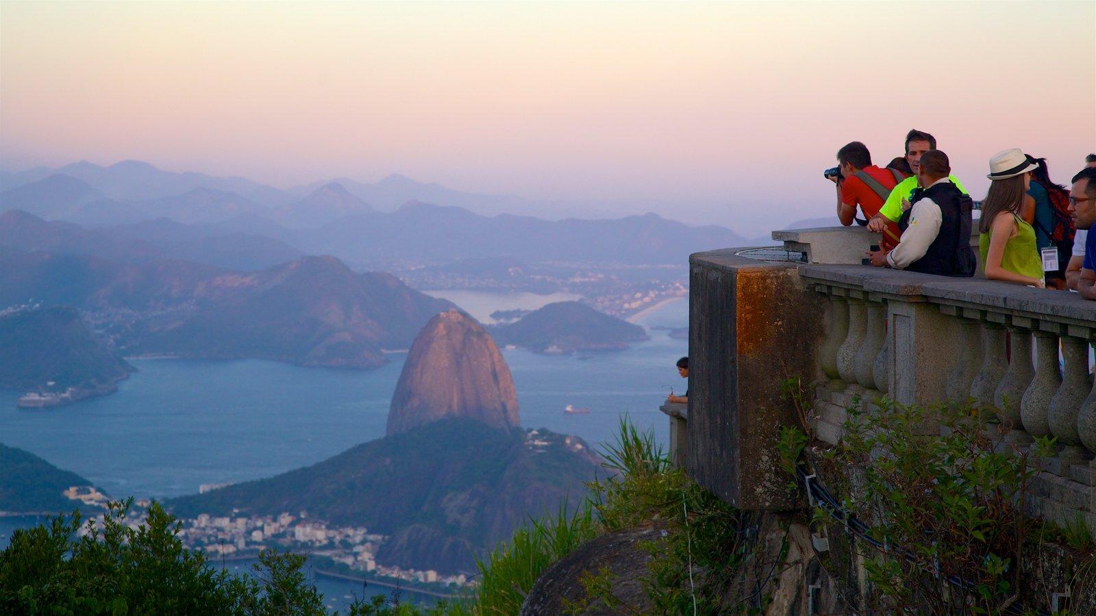 Baía de Guanabara que inclui paisagens, cenas tranquilas e um pôr do sol
