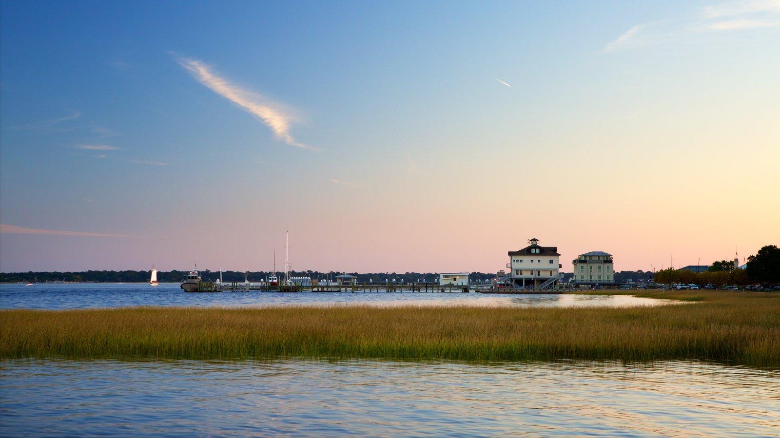 Charleston Waterfront Park que inclui pântano, uma baía ou porto e um pôr do sol