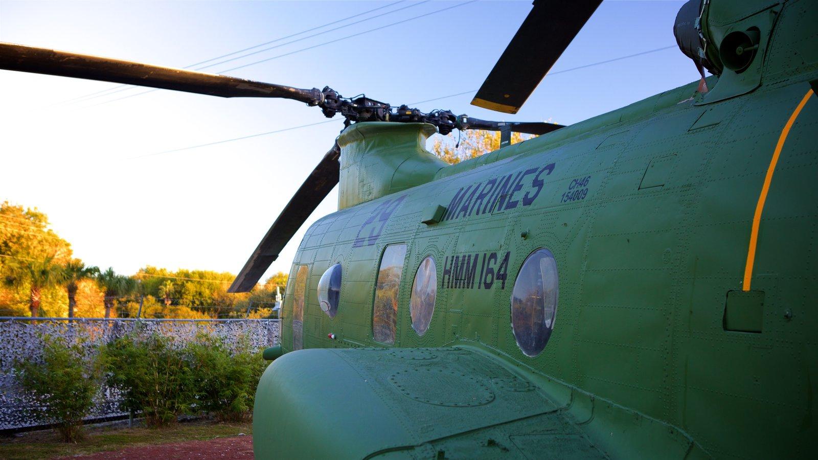 Patriots Point Naval and Maritime Museum mostrando aeronave, um pôr do sol e itens militares