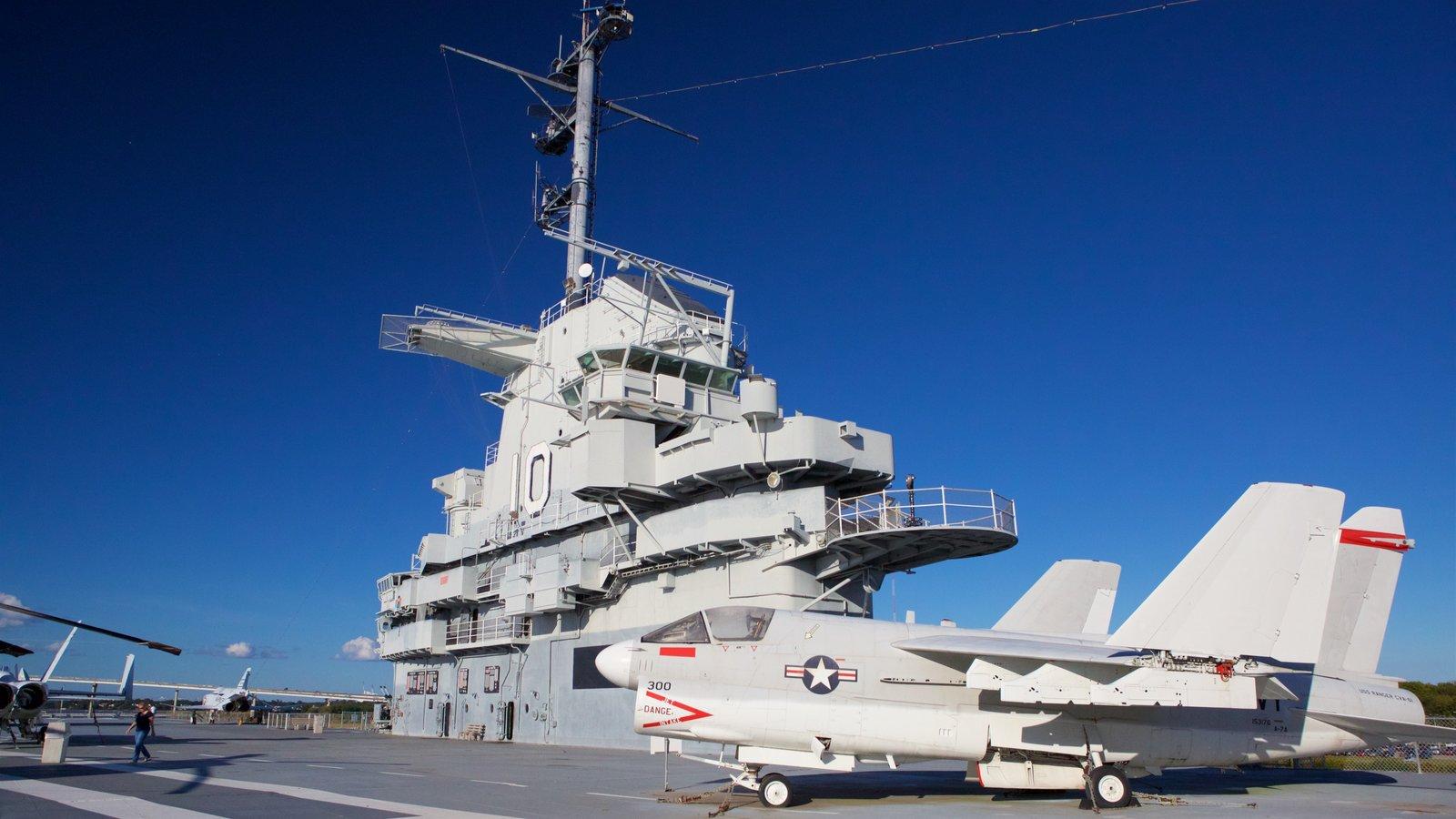 USS Yorktown caracterizando itens militares e aeronave