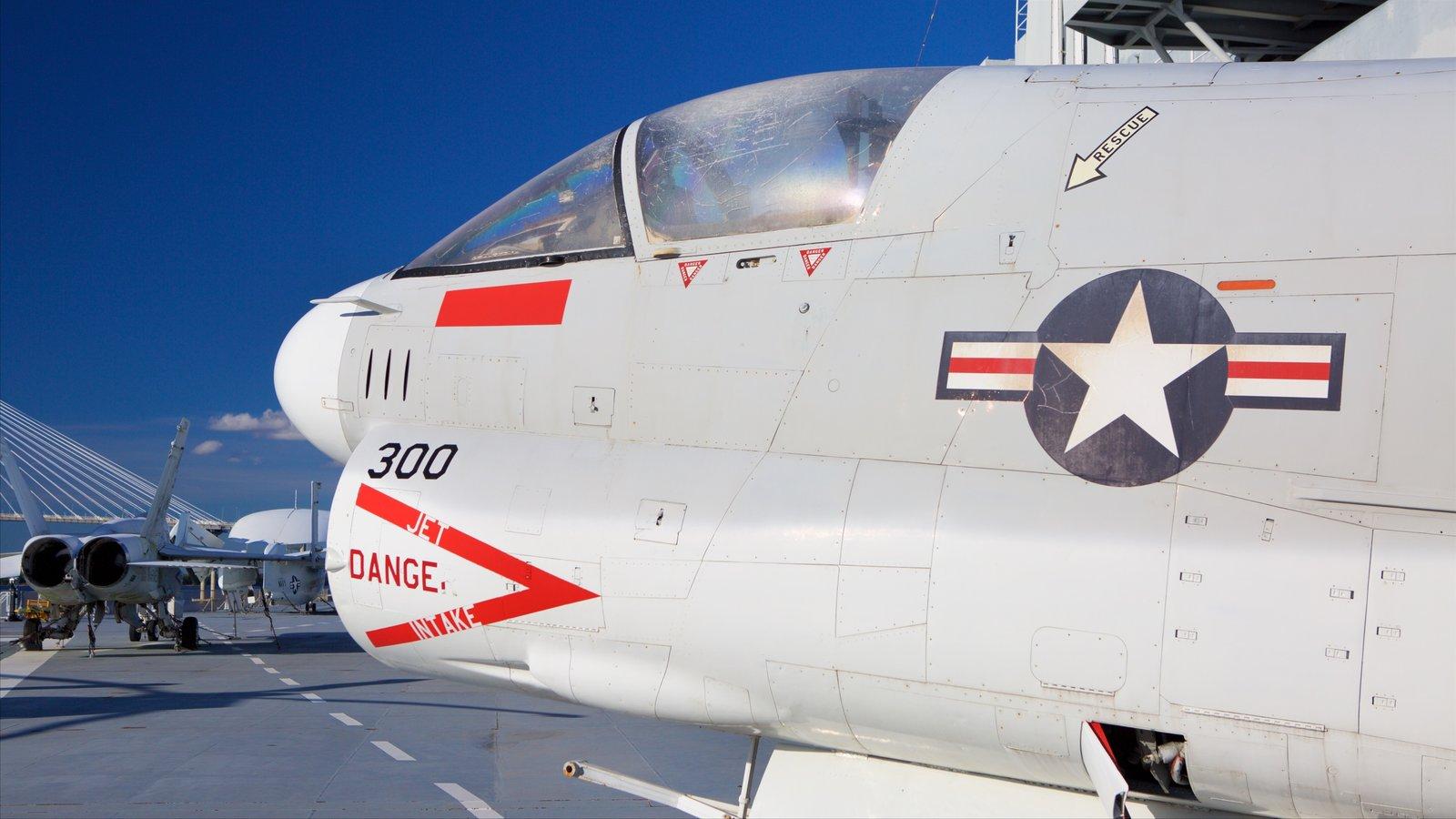USS Yorktown que inclui aeronave e itens militares