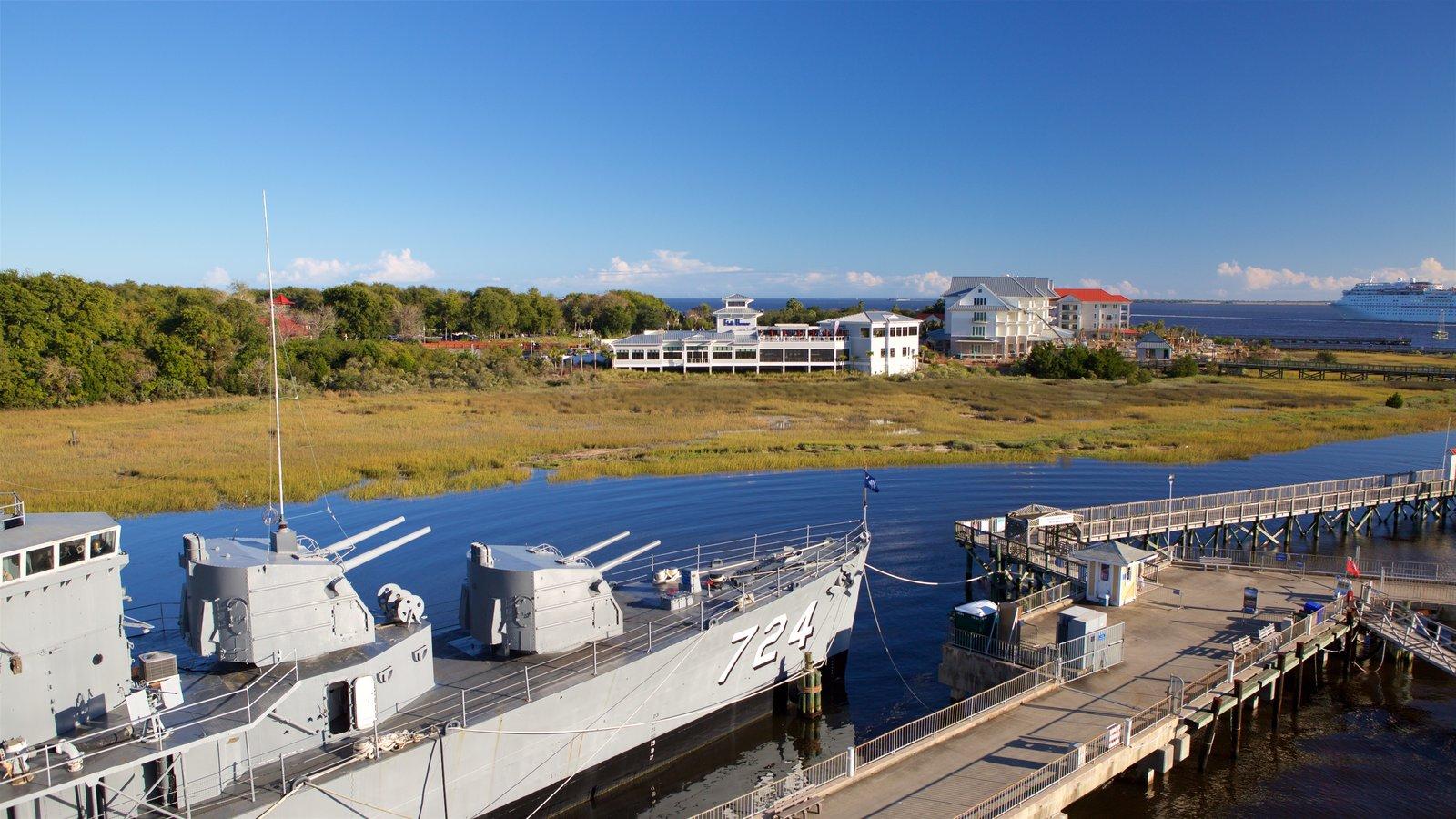USS Yorktown caracterizando itens militares, uma baía ou porto e um pôr do sol