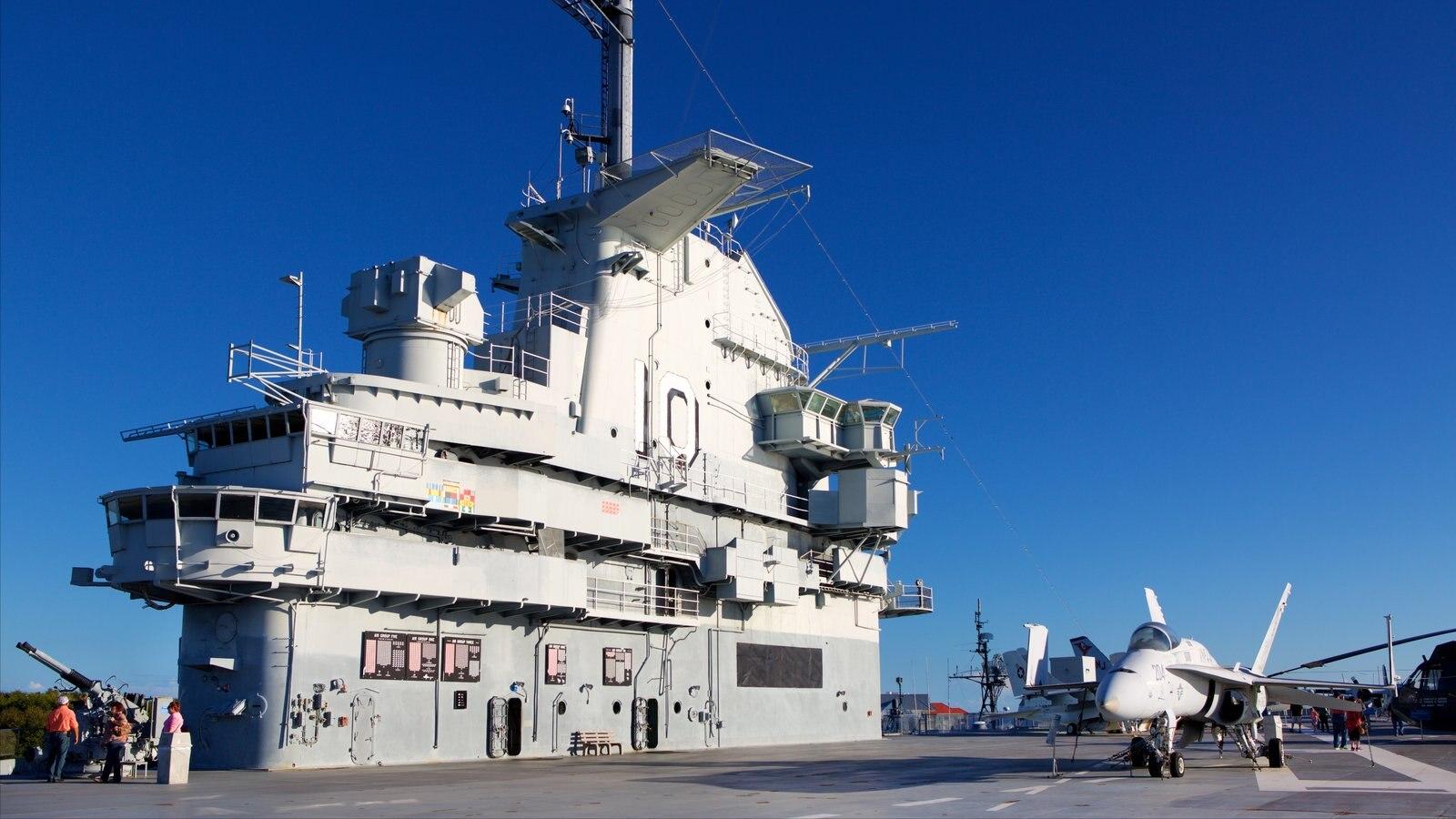 USS Yorktown caracterizando itens militares, um pôr do sol e aeronave