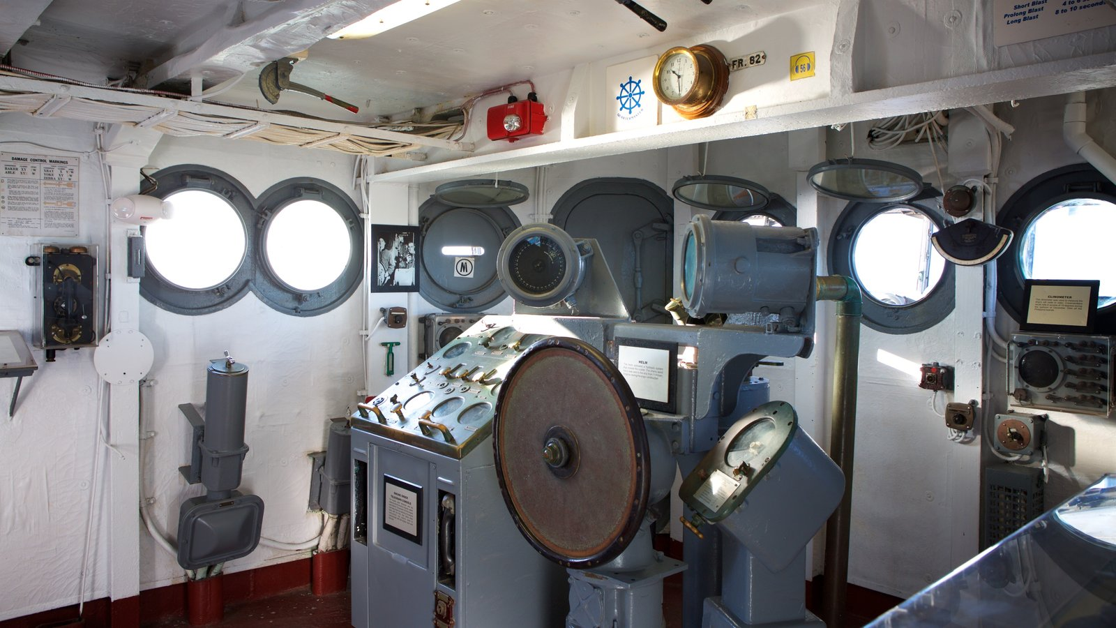 USS Yorktown caracterizando vistas internas e itens militares