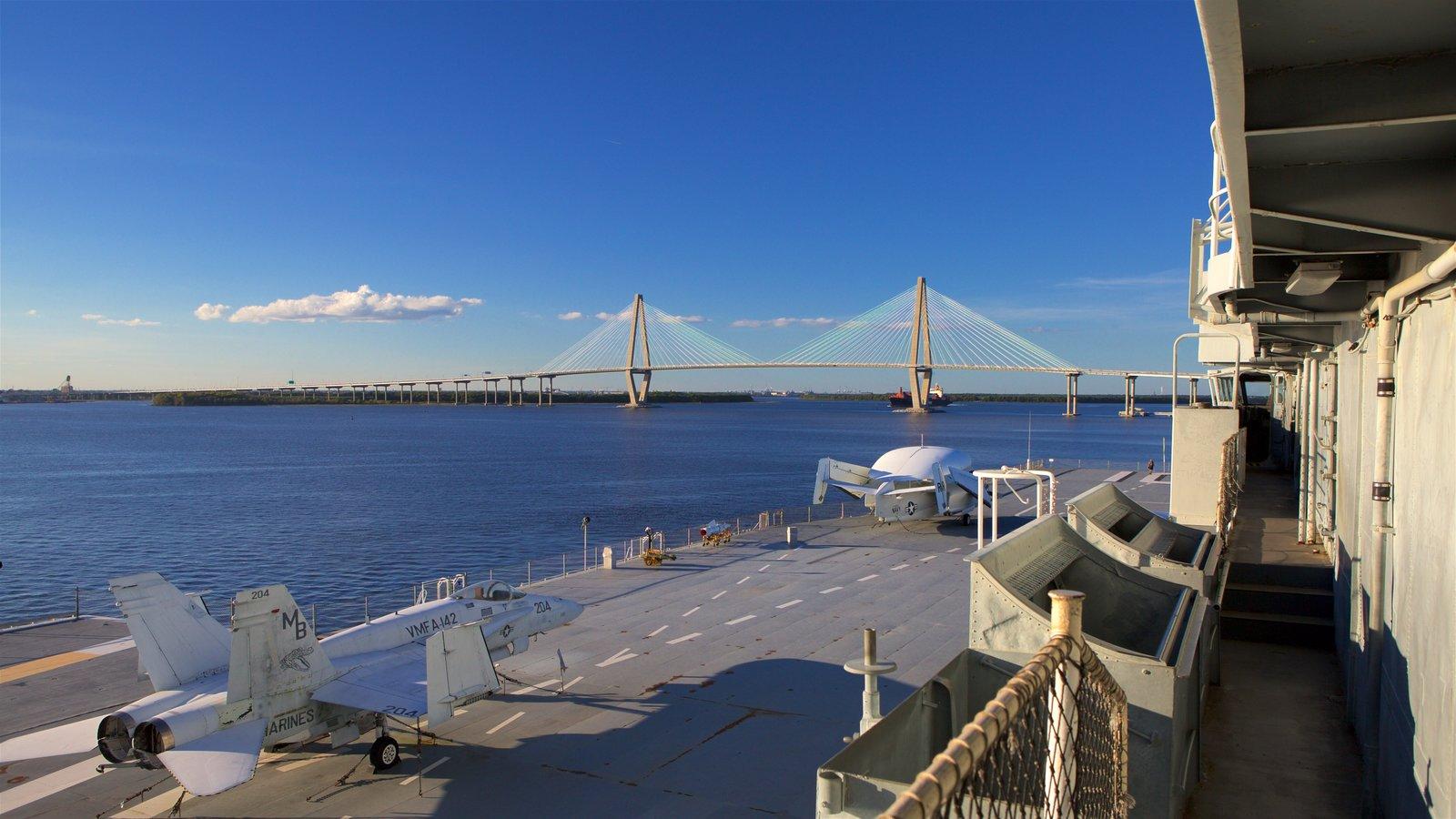 USS Yorktown caracterizando aeronave, um pôr do sol e itens militares