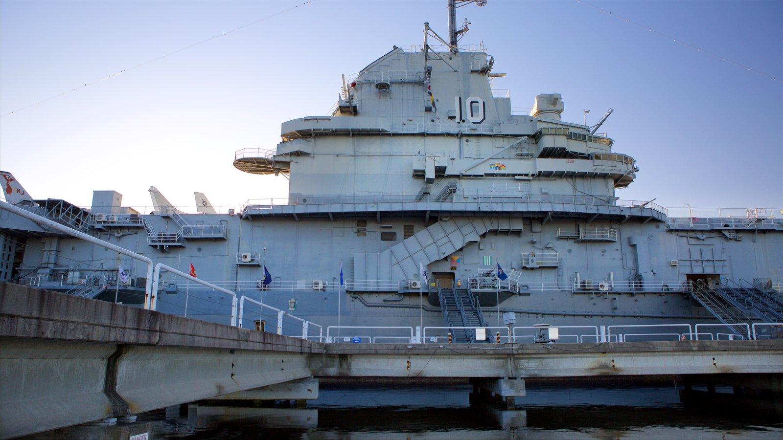 USS Yorktown caracterizando um pôr do sol e uma baía ou porto