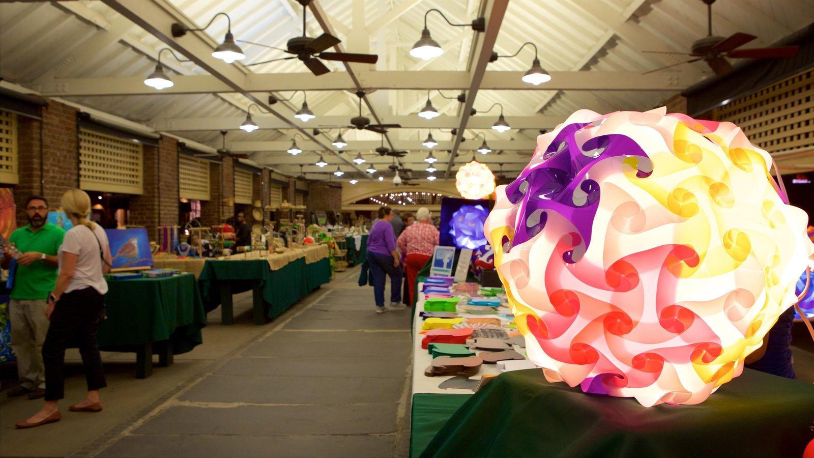 Charleston City Market que inclui vistas internas e mercados assim como um pequeno grupo de pessoas