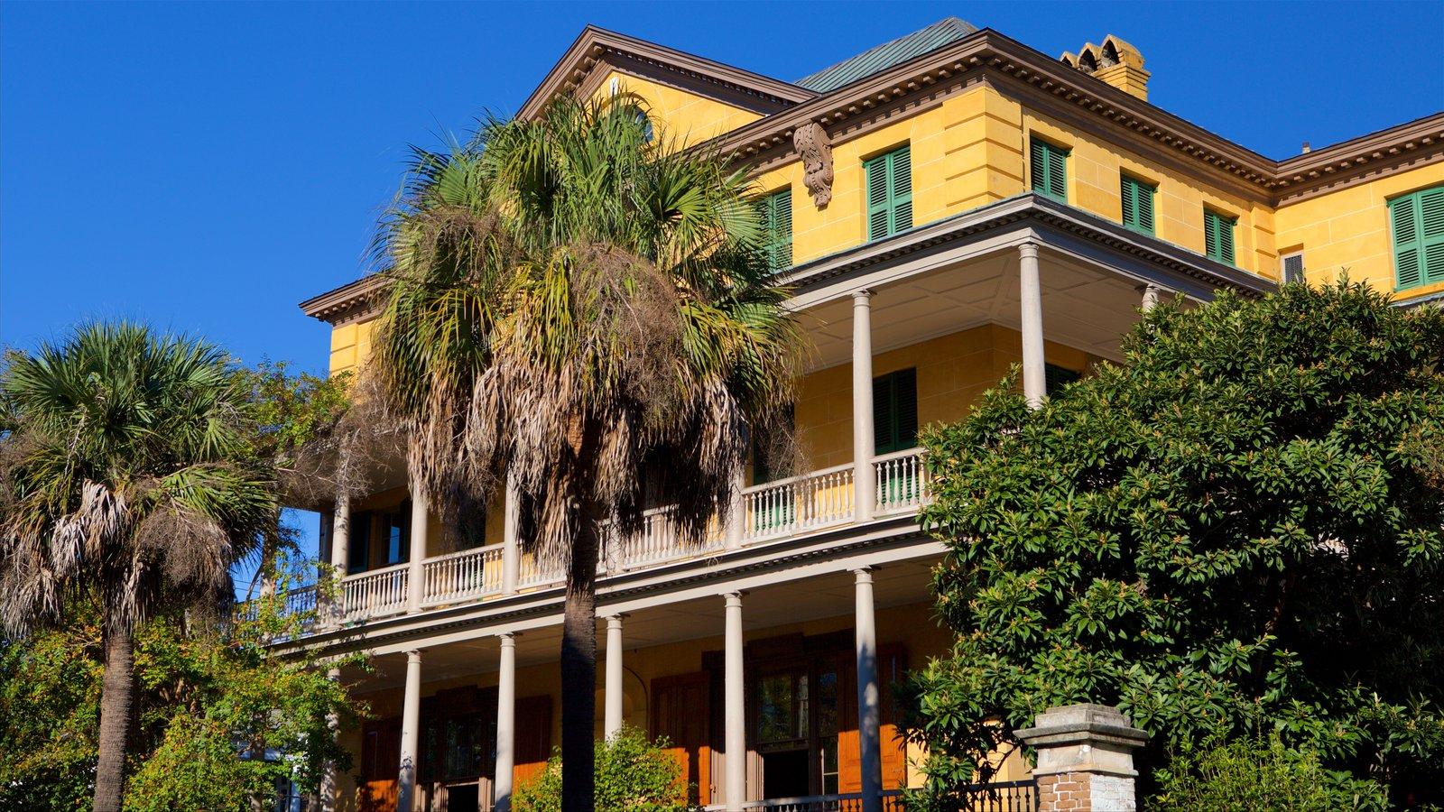 Aiken-Rhett House que inclui uma casa e elementos de patrimônio