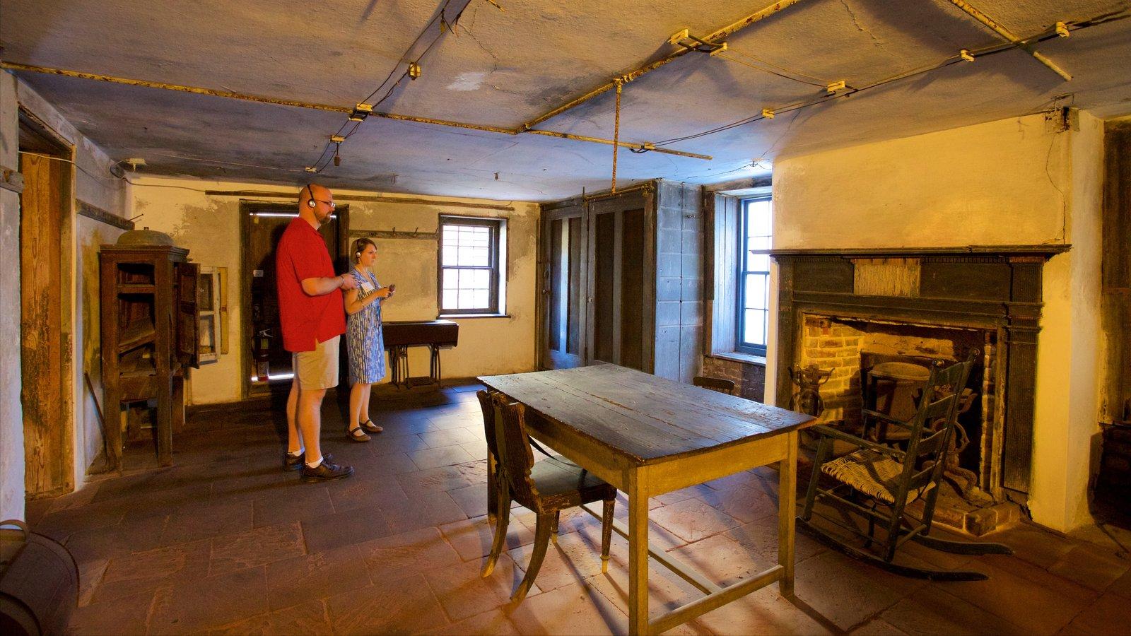 Aiken-Rhett House caracterizando elementos de patrimônio e vistas internas assim como um casal