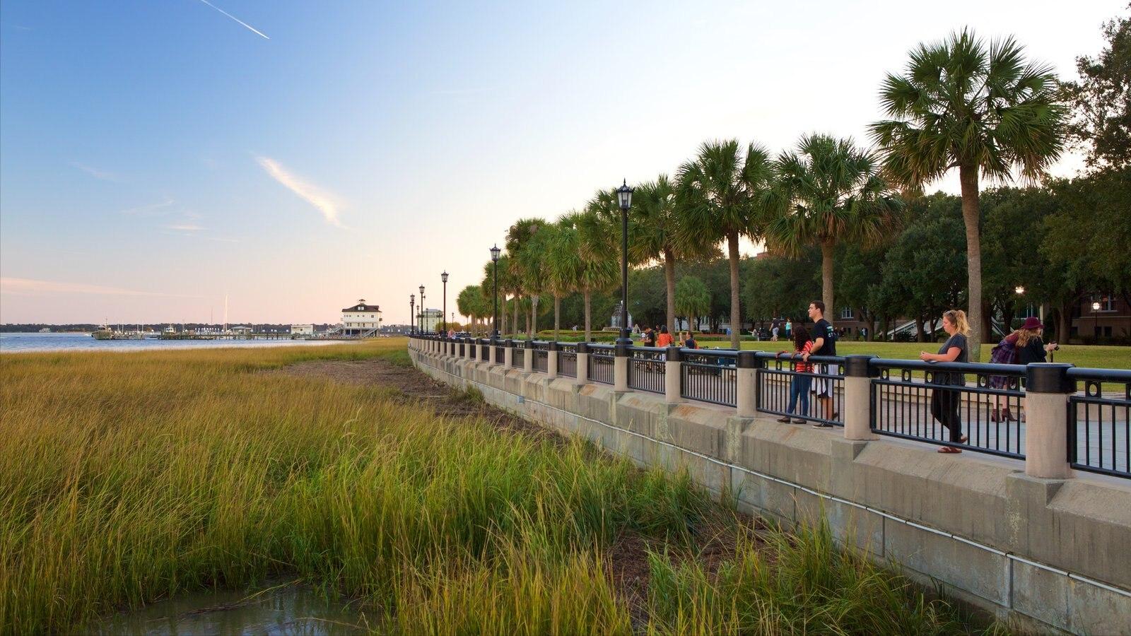 Charleston que inclui um pôr do sol, paisagens litorâneas e um jardim