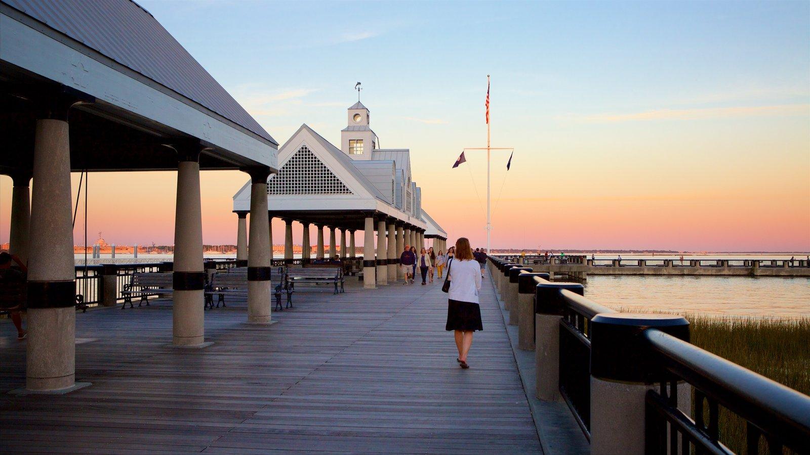 Charleston mostrando um pôr do sol assim como uma mulher sozinha