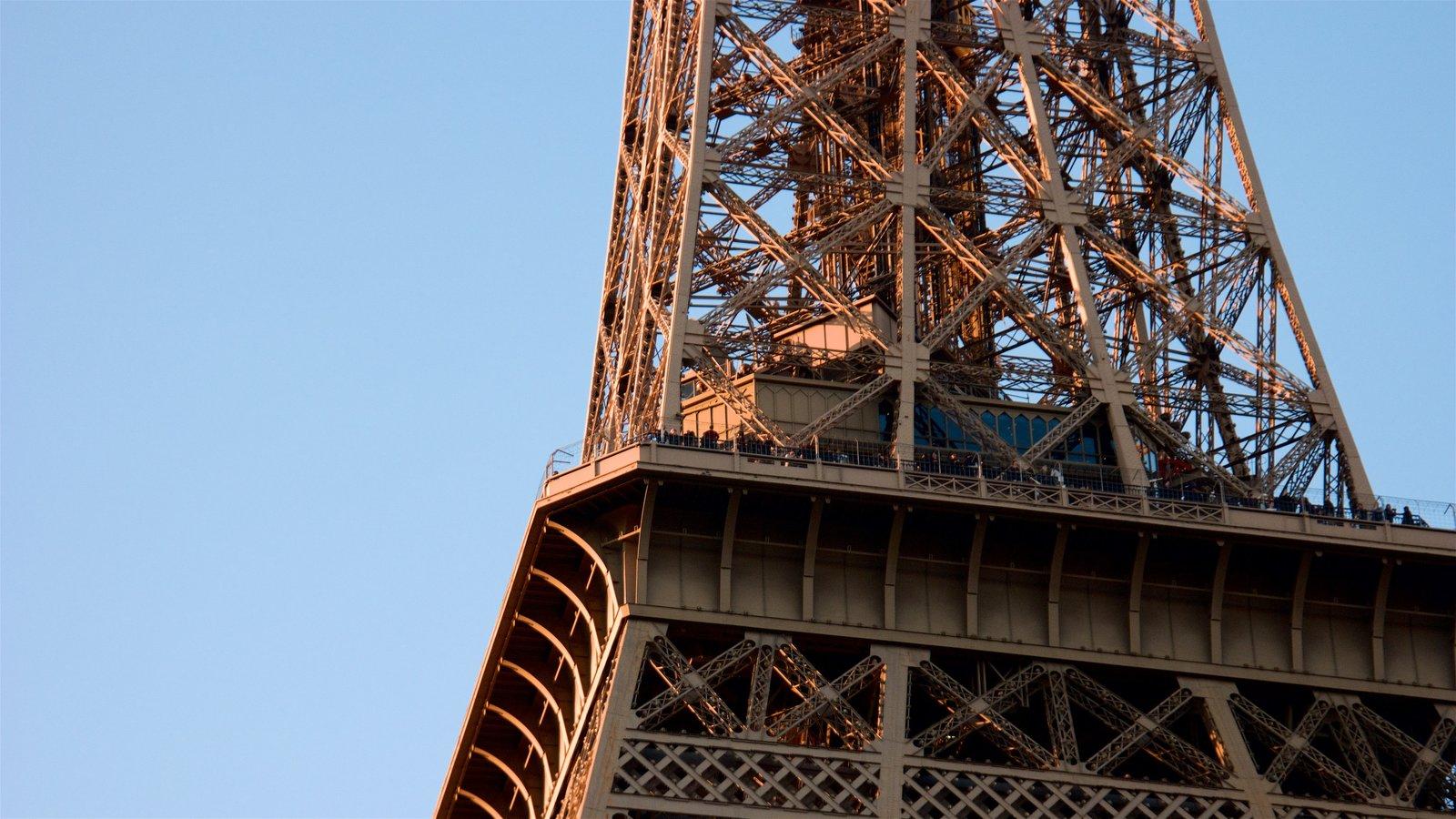 Torre Eiffel caracterizando um monumento e arquitetura de patrimônio