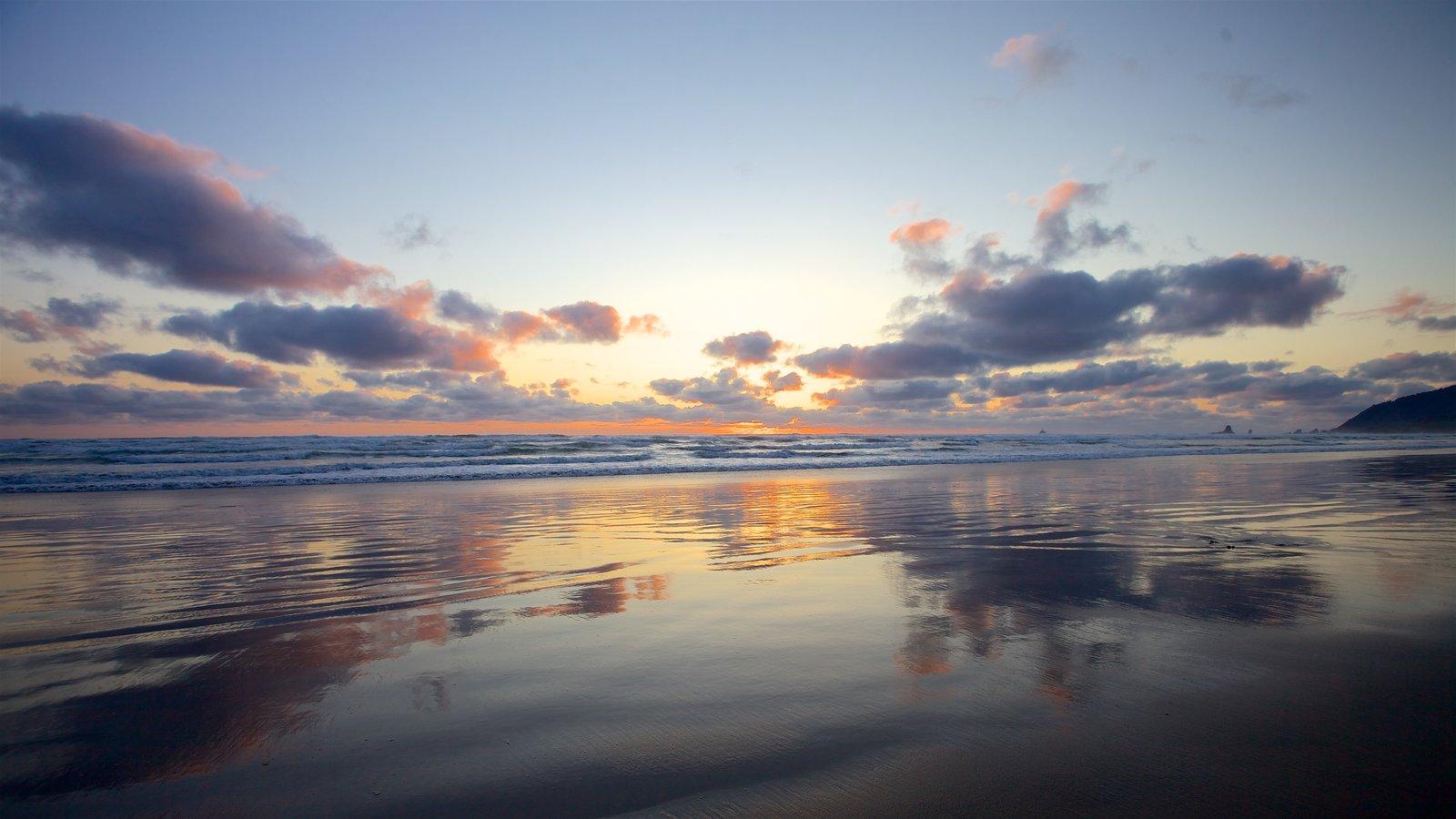 Cannon Beach ofreciendo una playa, vistas de paisajes y una puesta de sol