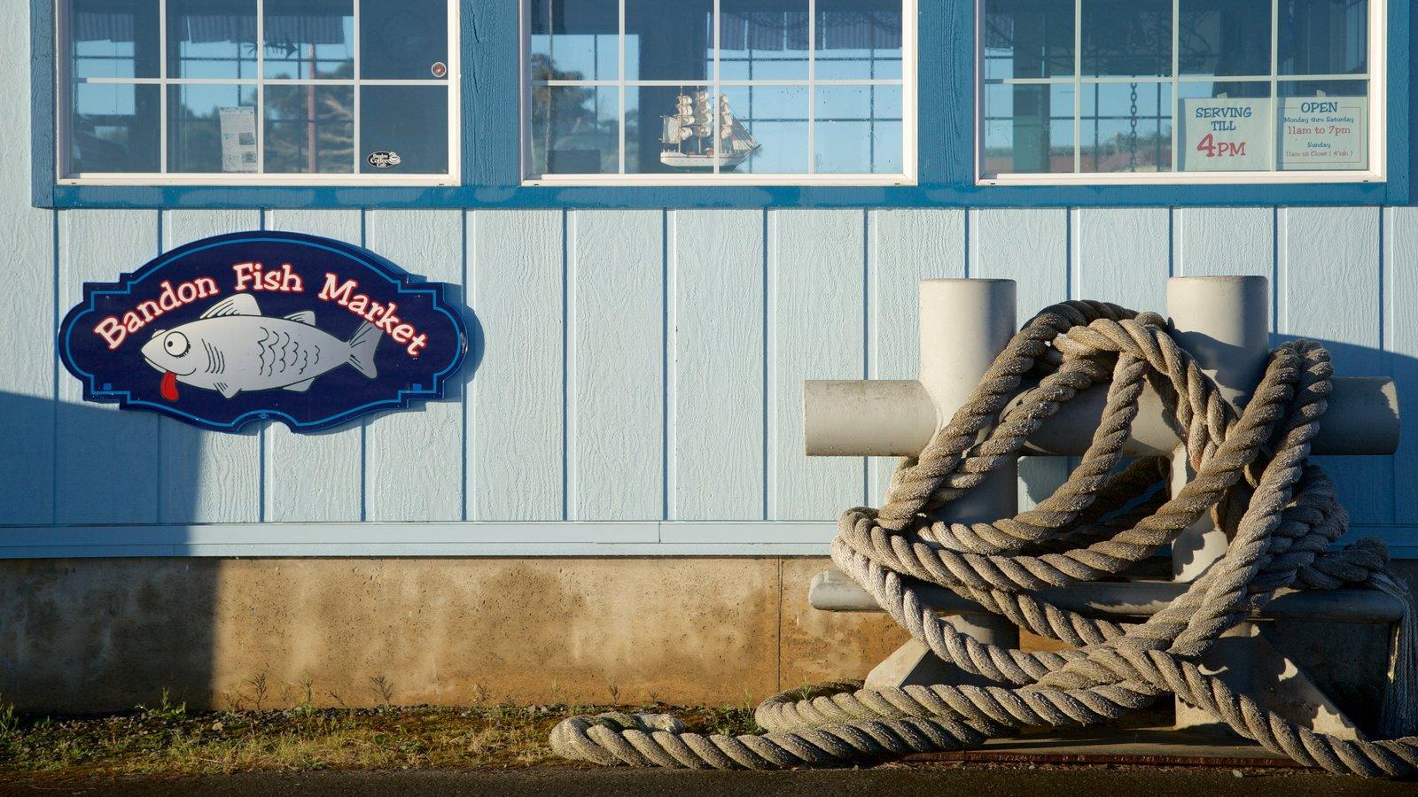 Bandon que inclui sinalização e uma marina