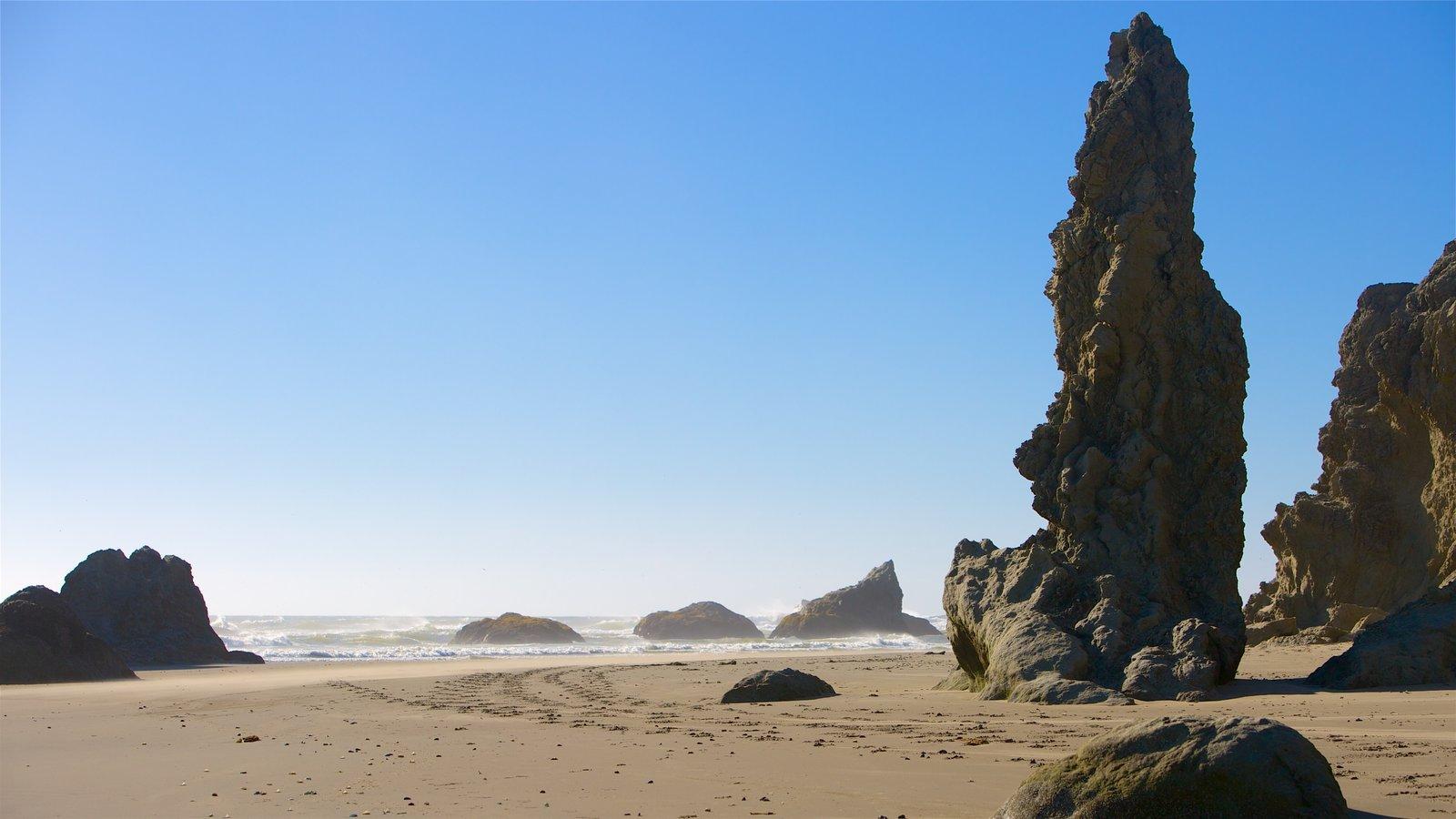 Bandon mostrando uma praia de areia e litoral rochoso