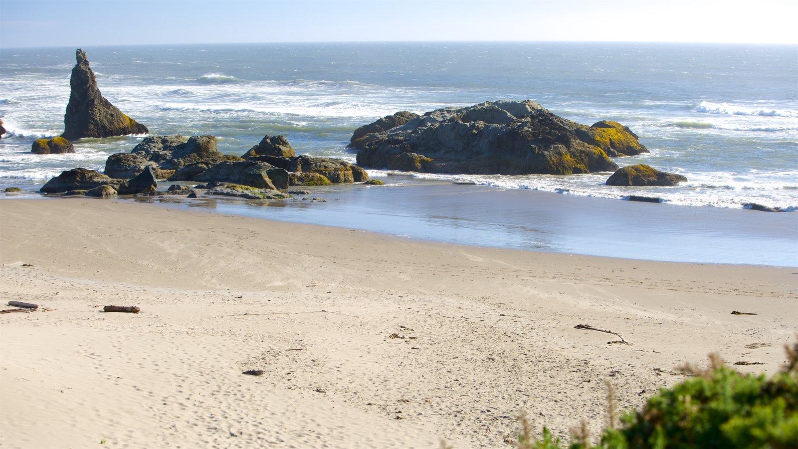 Bandon Beach caracterizando uma praia de areia e litoral rochoso