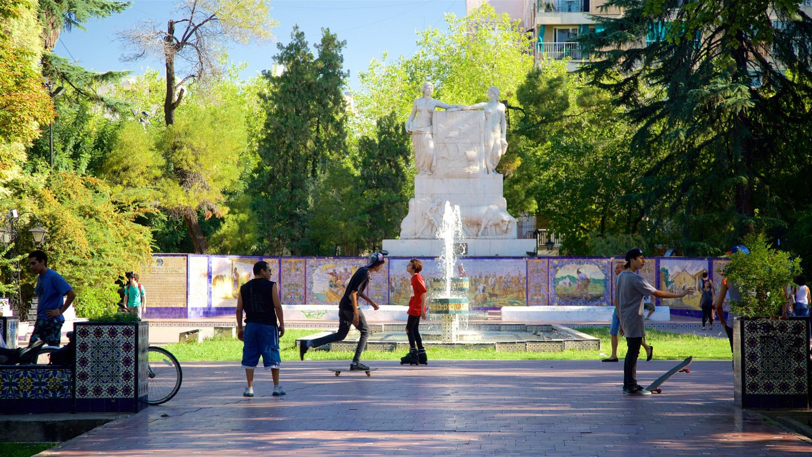 Praça da Espanha que inclui um parque e uma fonte assim como um grande grupo de pessoas