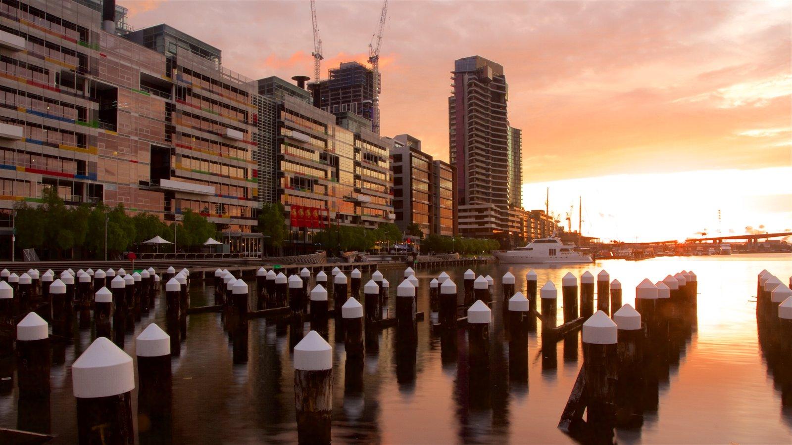 Docklands mostrando dfc y un río o arroyo