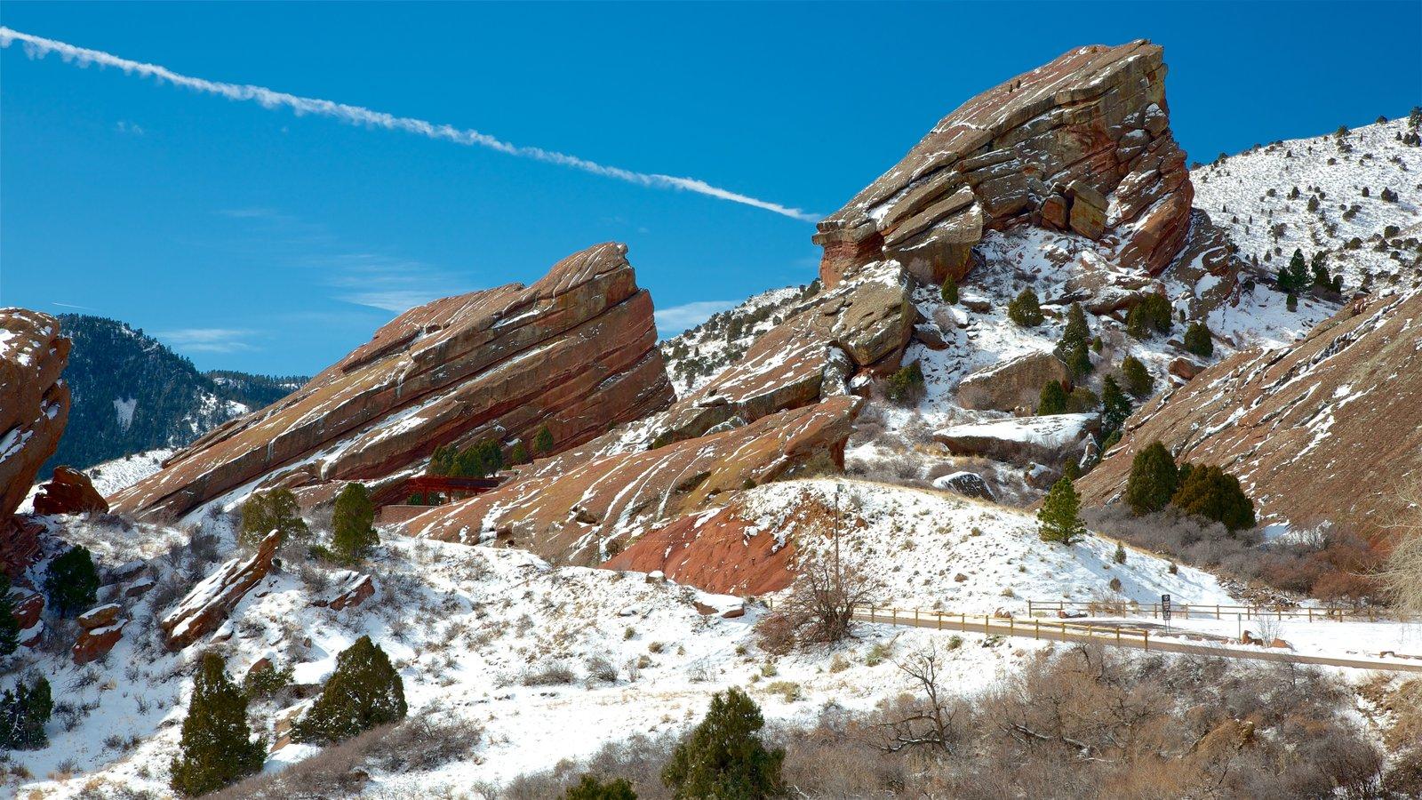Red Rocks Amphitheater mostrando montanhas