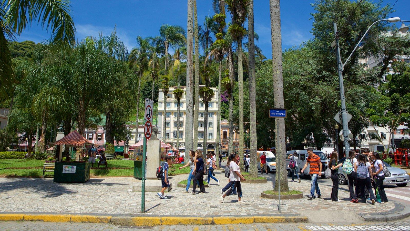 Petrópolis mostrando cenas de rua assim como um grande grupo de pessoas