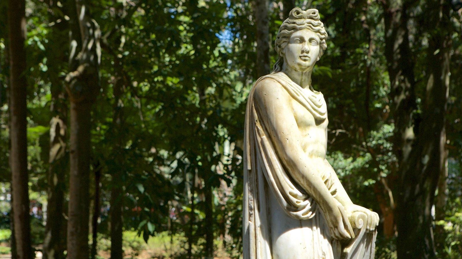 Museu Imperial que inclui uma estátua ou escultura